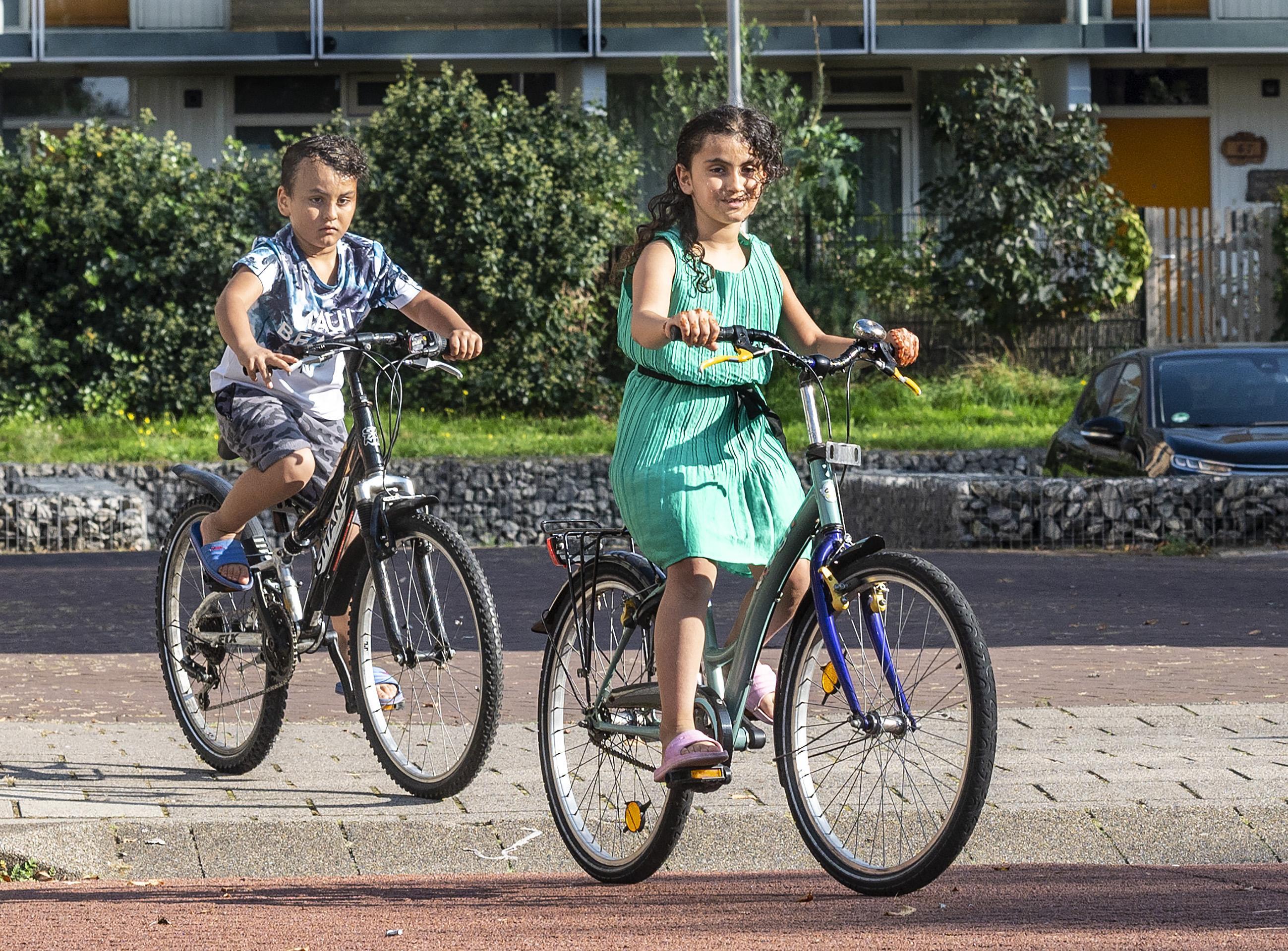 Achmed (7) en zusje Roba uit Aleppo fietsen weg van oorlogsleed
