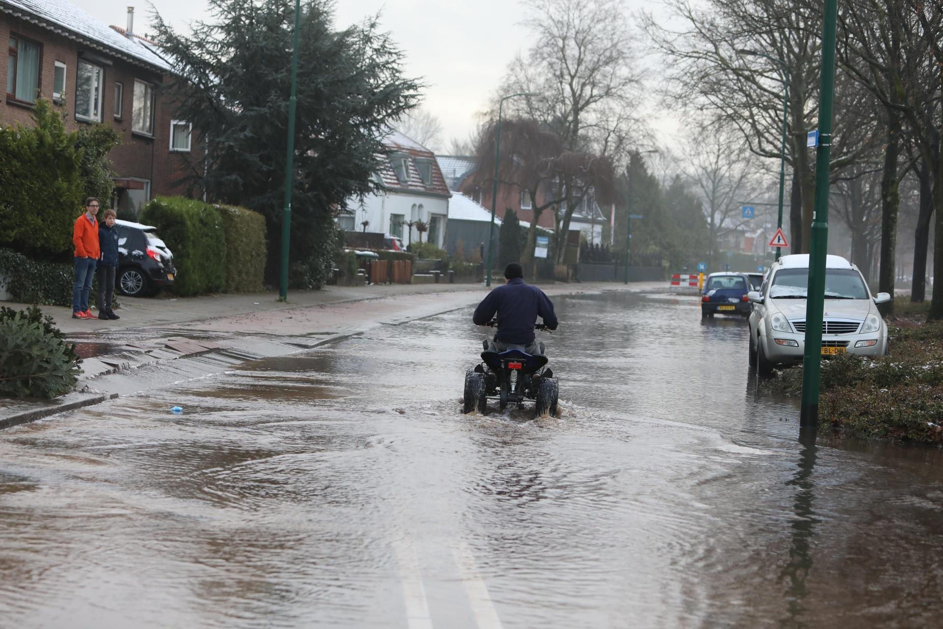 Gesprongen waterleiding zet Laanstraat in Soest blank, weg afgesloten