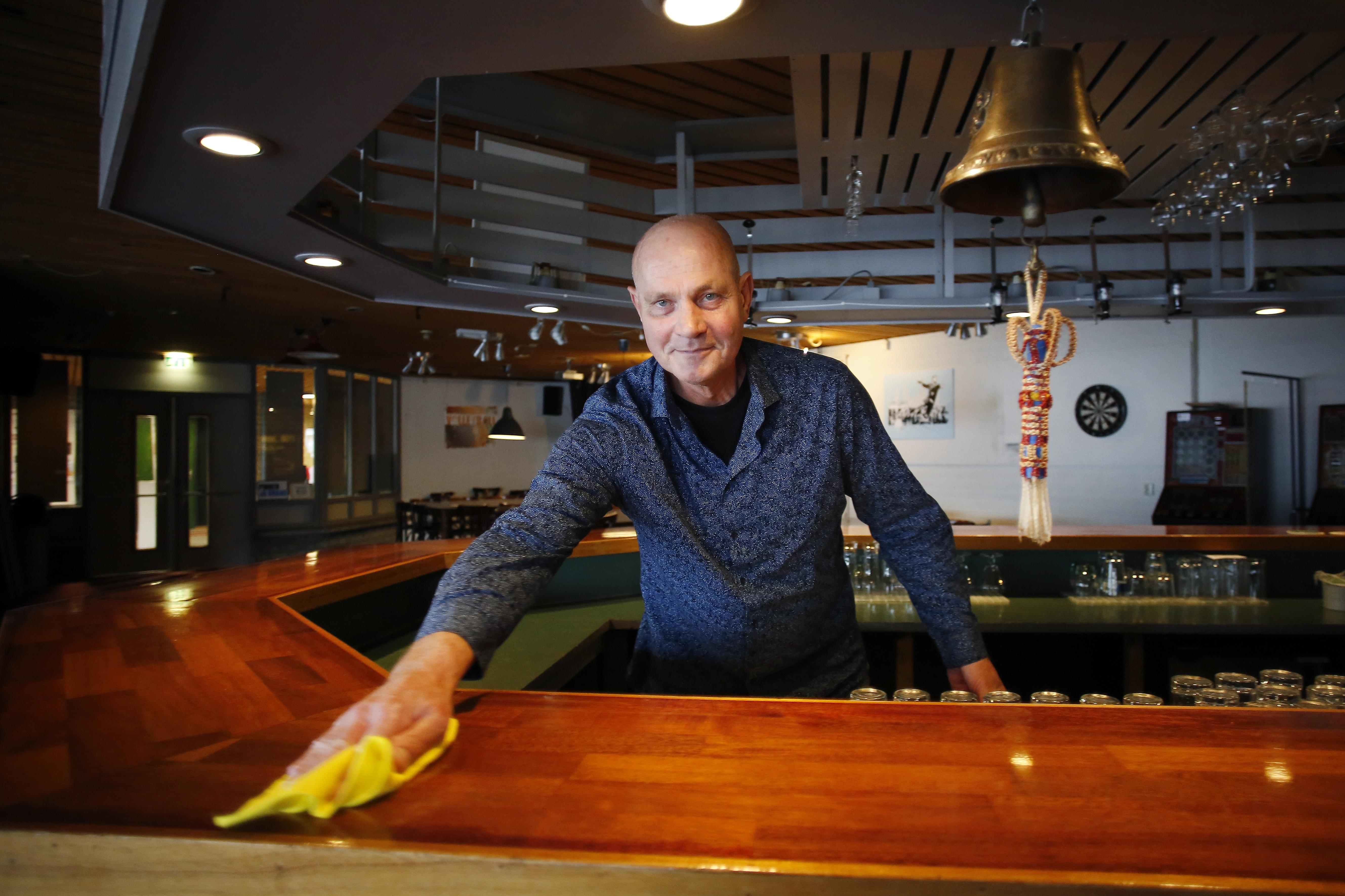 Met pijn in het hart sluit Henk Mol een jaar voor zijn pensionering de deuren van sportcafé Bar Olympus in Weesp: 'Afscheid had een enorm knalfeest moeten worden'