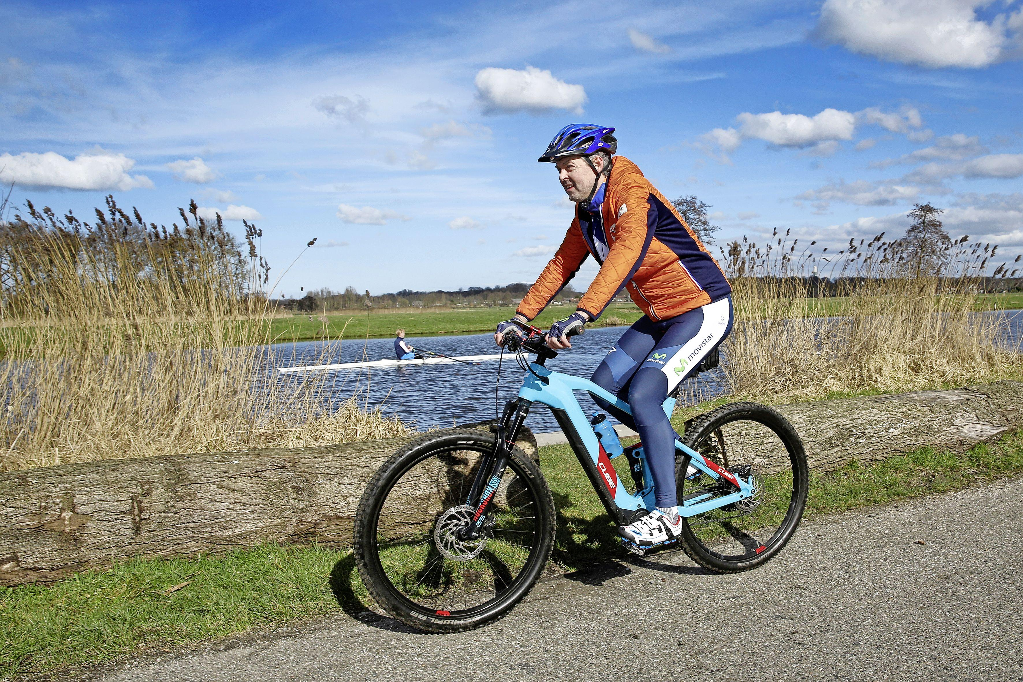 Campagne voeren in coronatijd: VVD'er rijdt op fiets het land door met tussenstop in Hilversum