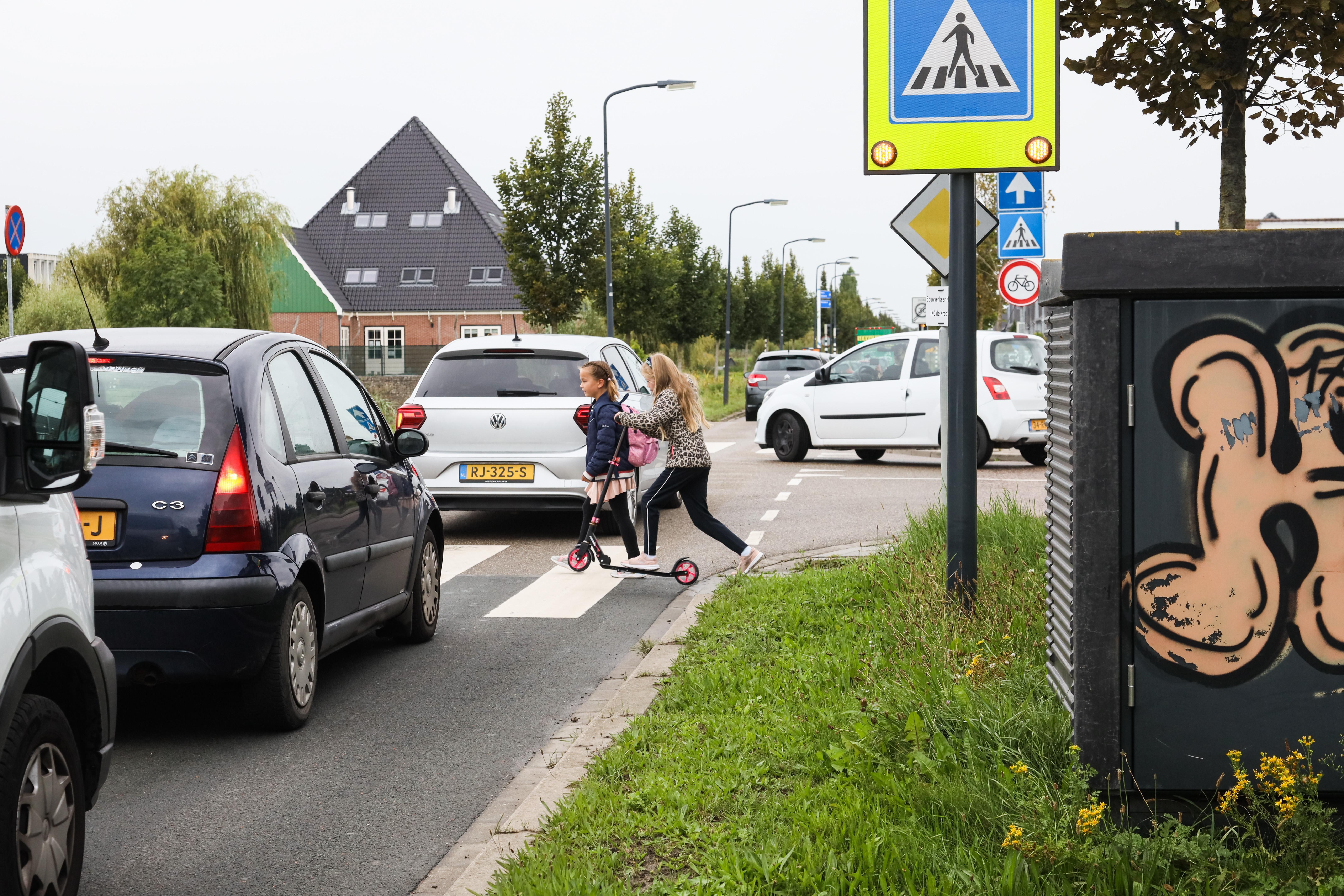 Gesprek over verplaatsing transformatorhuisje in Bangert en Oosterpolder dat zicht op zebrapad belemmert