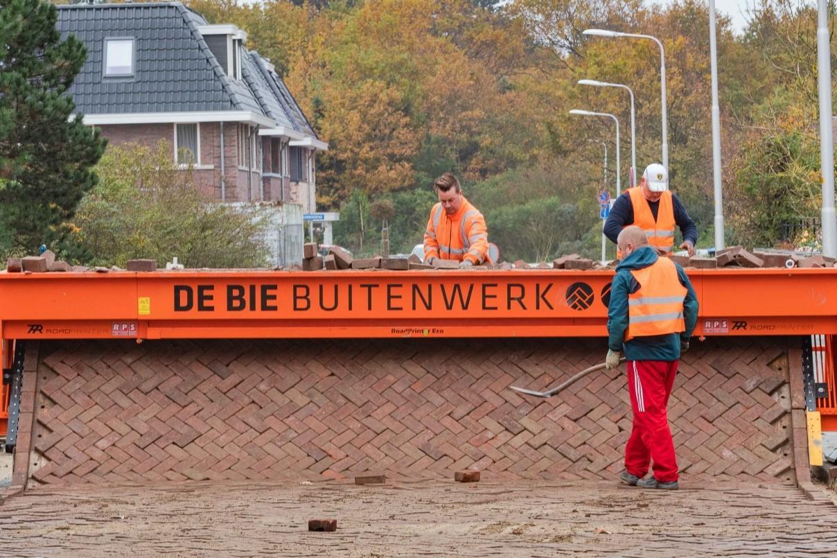 De Bie Buitenwerk zet met roadprinter in op emissieloos werken, bestraten zonder geluidsoverlast voor de buurt