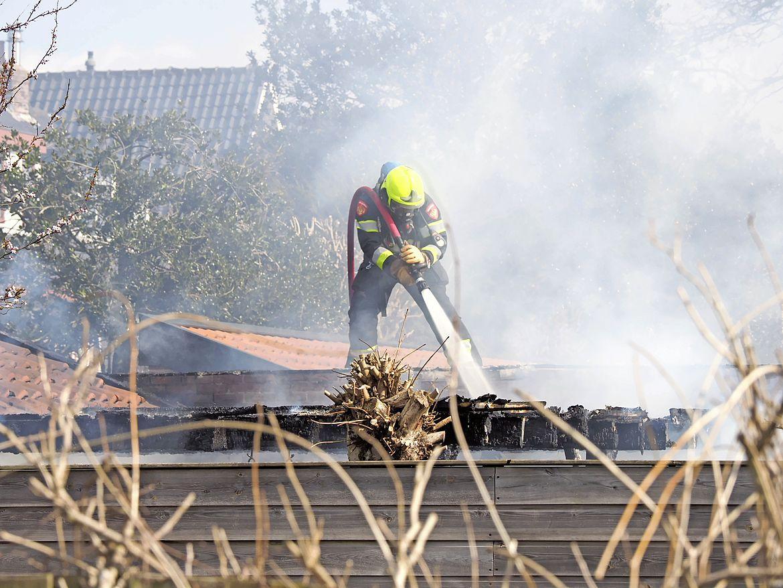 Dikke rookwolken boven Santpoort-Noord door brand in schuur