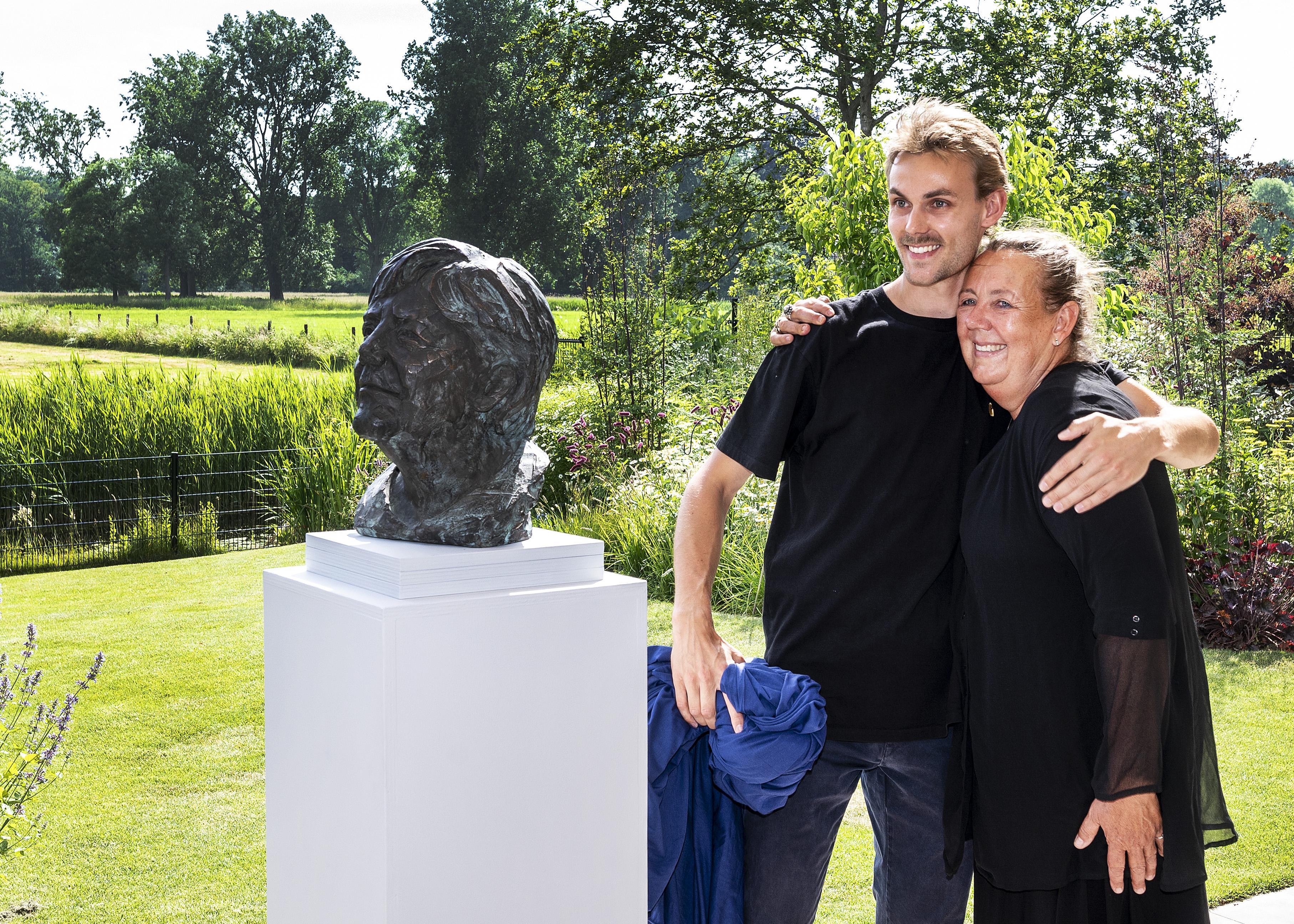 Haarlemse beeldhouwer is in de ban van Angela Merkel. Haar fascinatie heeft ze in brons gegoten: 'Een wereldleider die een mens is gebleven'