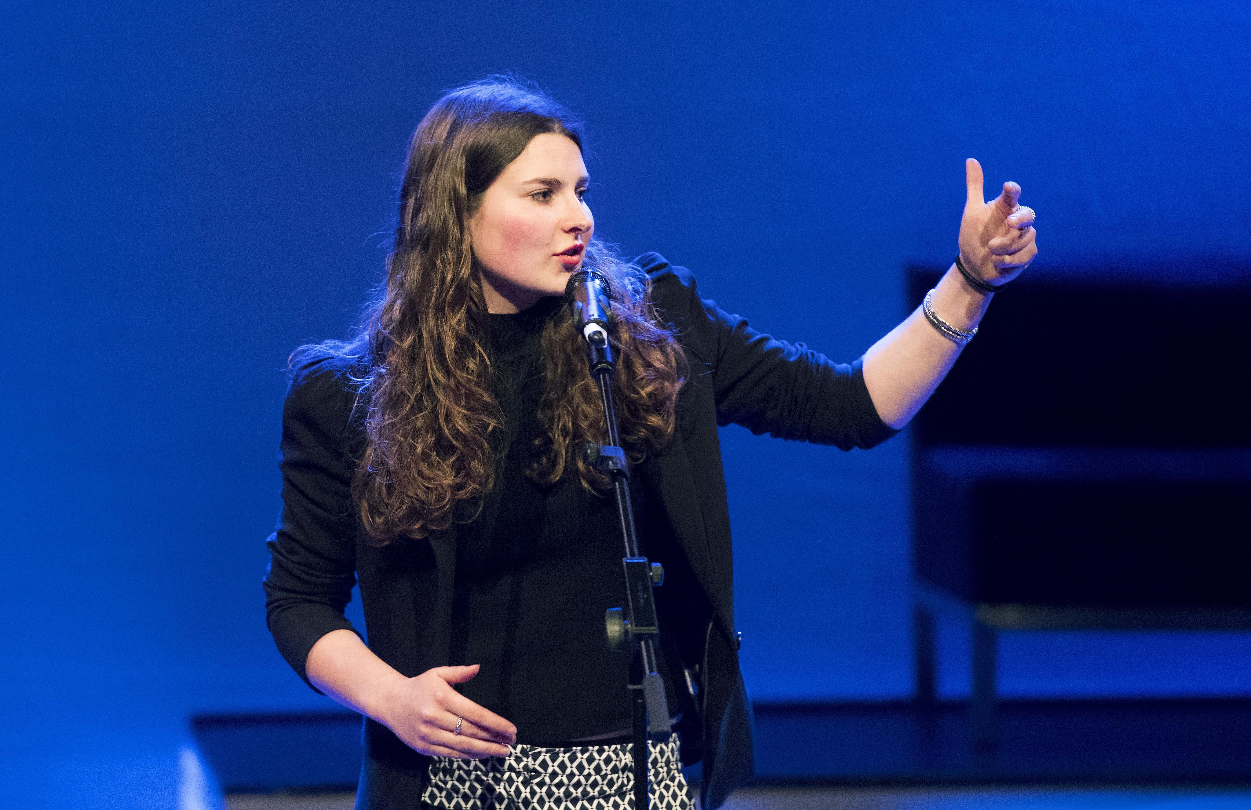 Poetry Slam door Demi Baltus: Feest der geslaagden [video]