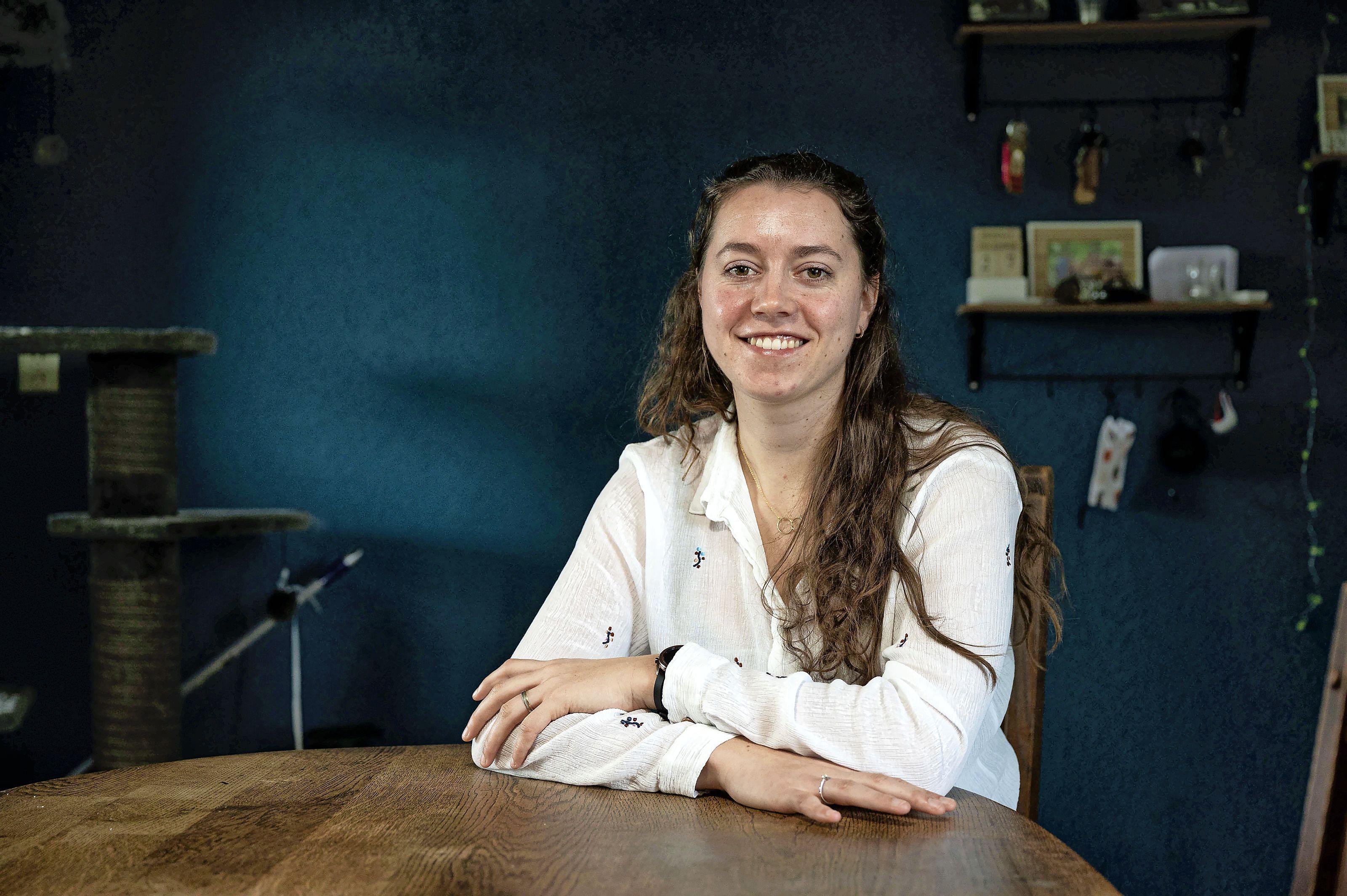Een jaar na corona gaat het eindelijk beter met ic-verpleegkundige Emma (25): 'Lichamelijk ging het beter, psychisch werd het steeds zwaarder'