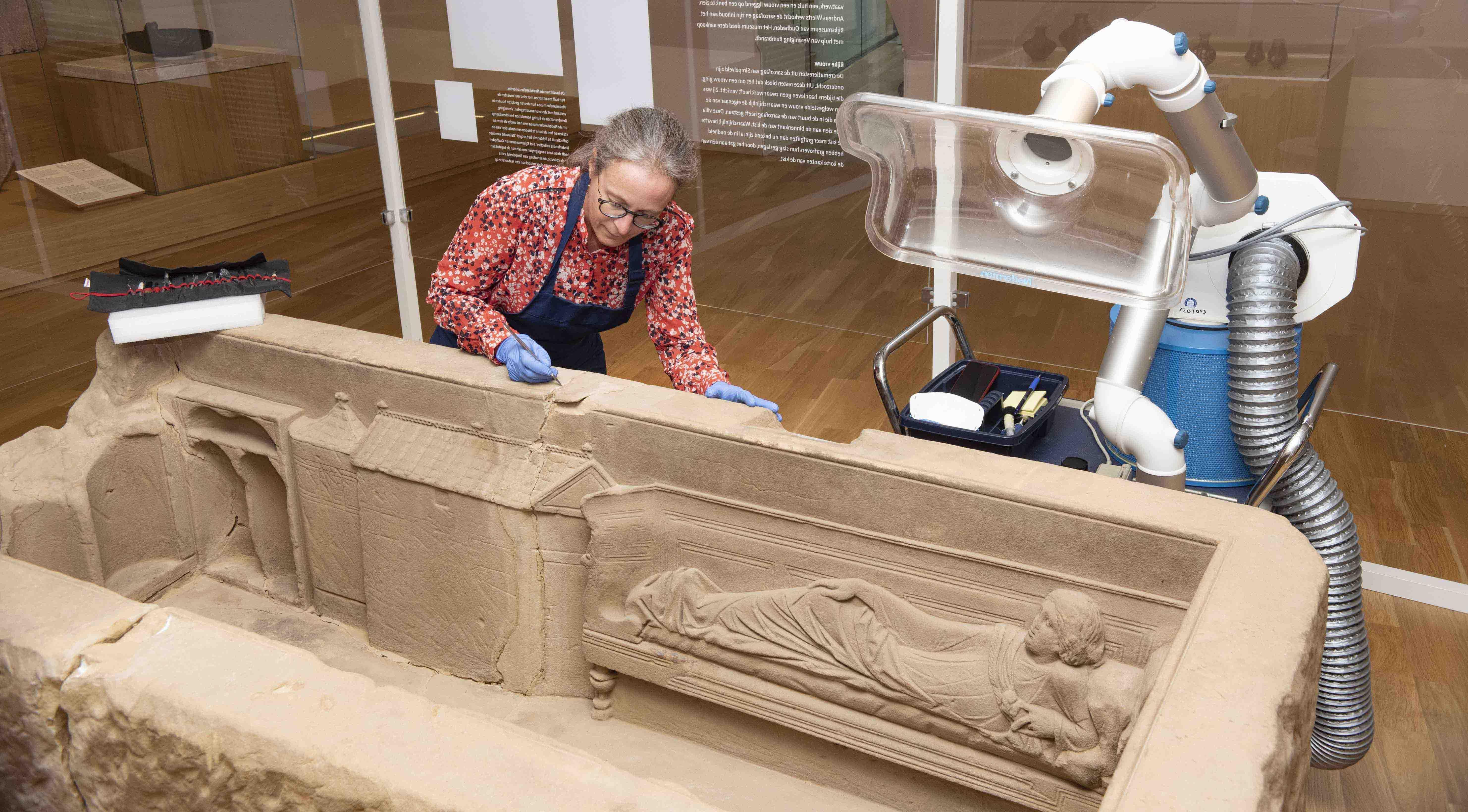 Meekijken met restauratie sarcofaag van Simpelveld in Rijksmuseum van Oudheden