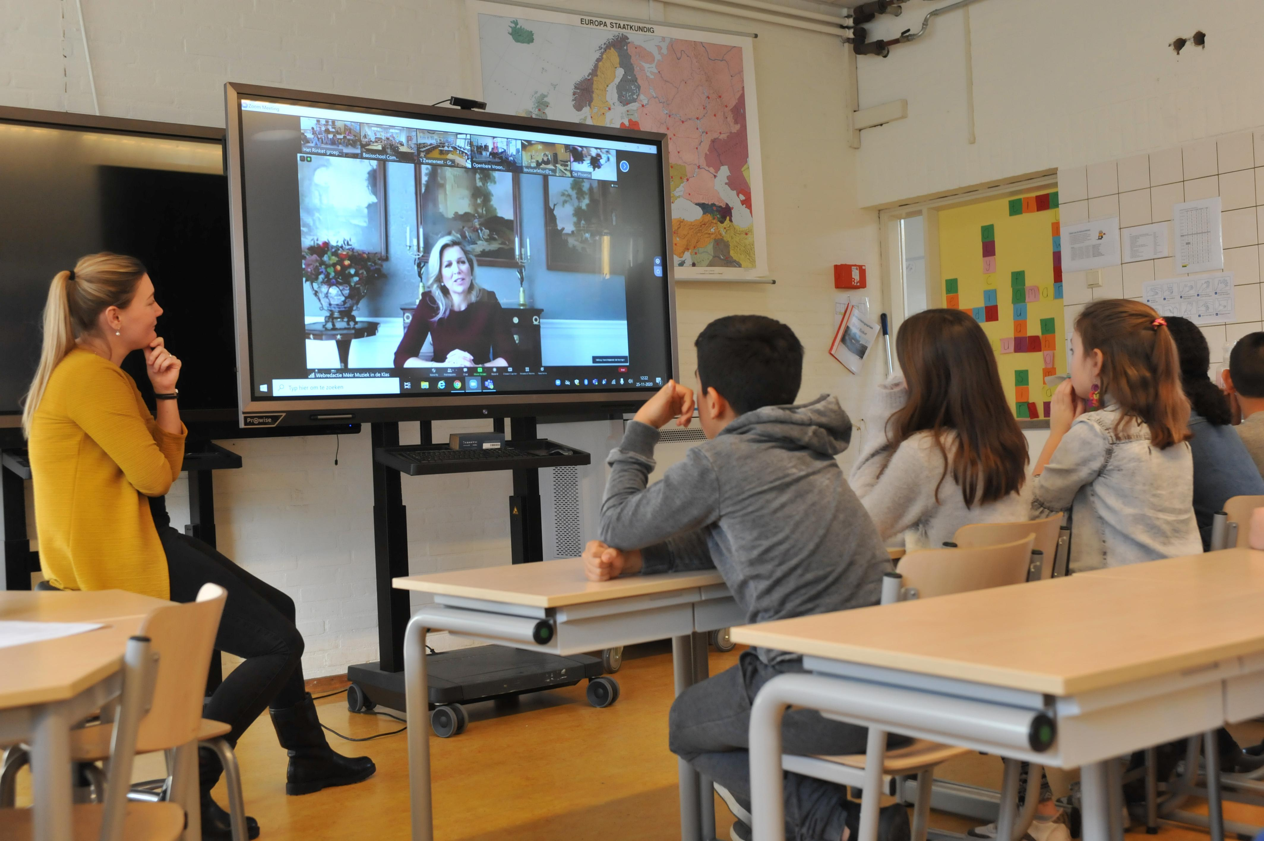 Leerlingen Het Rinket in Heemskerk tonen roffelkunsten aan Máxima. En dat allemaal voor meer muziek in de klas