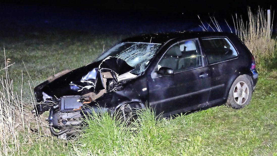 Boom doormidden gereden, automobiliste slechts lichtgewond bij stevig ongeval in Wieringerwaard