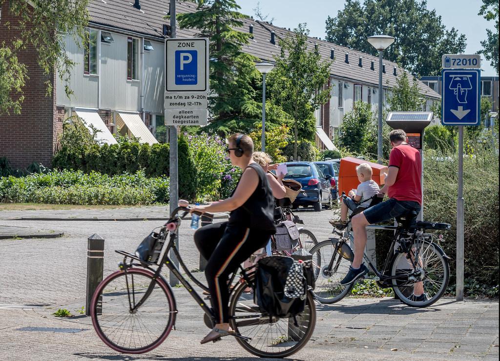 Het beleid rond het instellen van vergunning-parkeren in Alkmaar is toe aan een herijking, aldus het Alkmaarse college