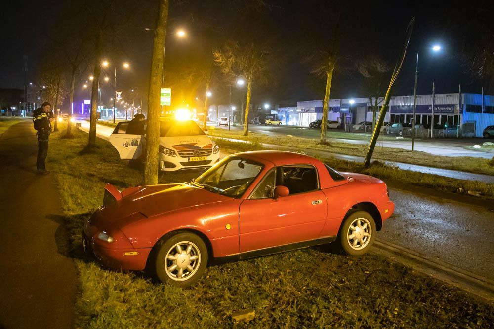 Automobilist onder invloed ramt lantaarnpaal in Soest