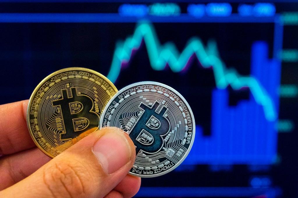 Arrestaties voor grootschalige oplichting met crypto's, politie doorzoekt loods in Zaandam