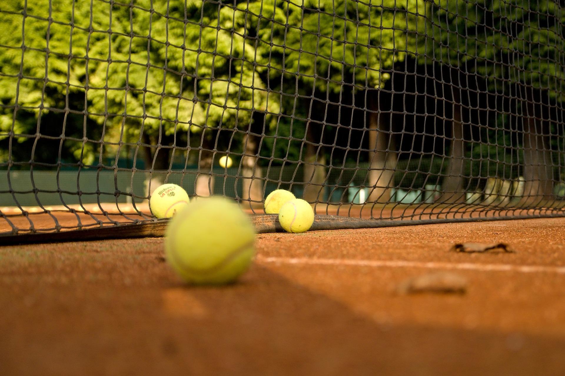 Tennis- en padelcompetitie stopt vanwege corona, maar dubbelen mag ondanks woorden Mark Rutte nog wél: 'Soms een bal laten gaan'