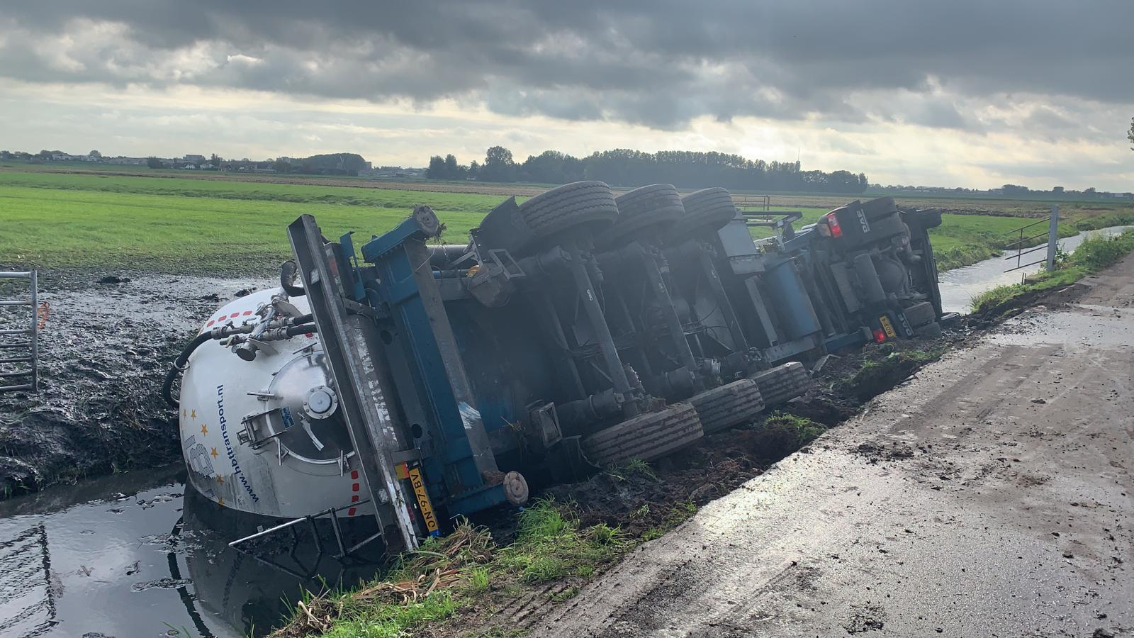 Gekantelde tankwagen in sloot bij Woubrugge