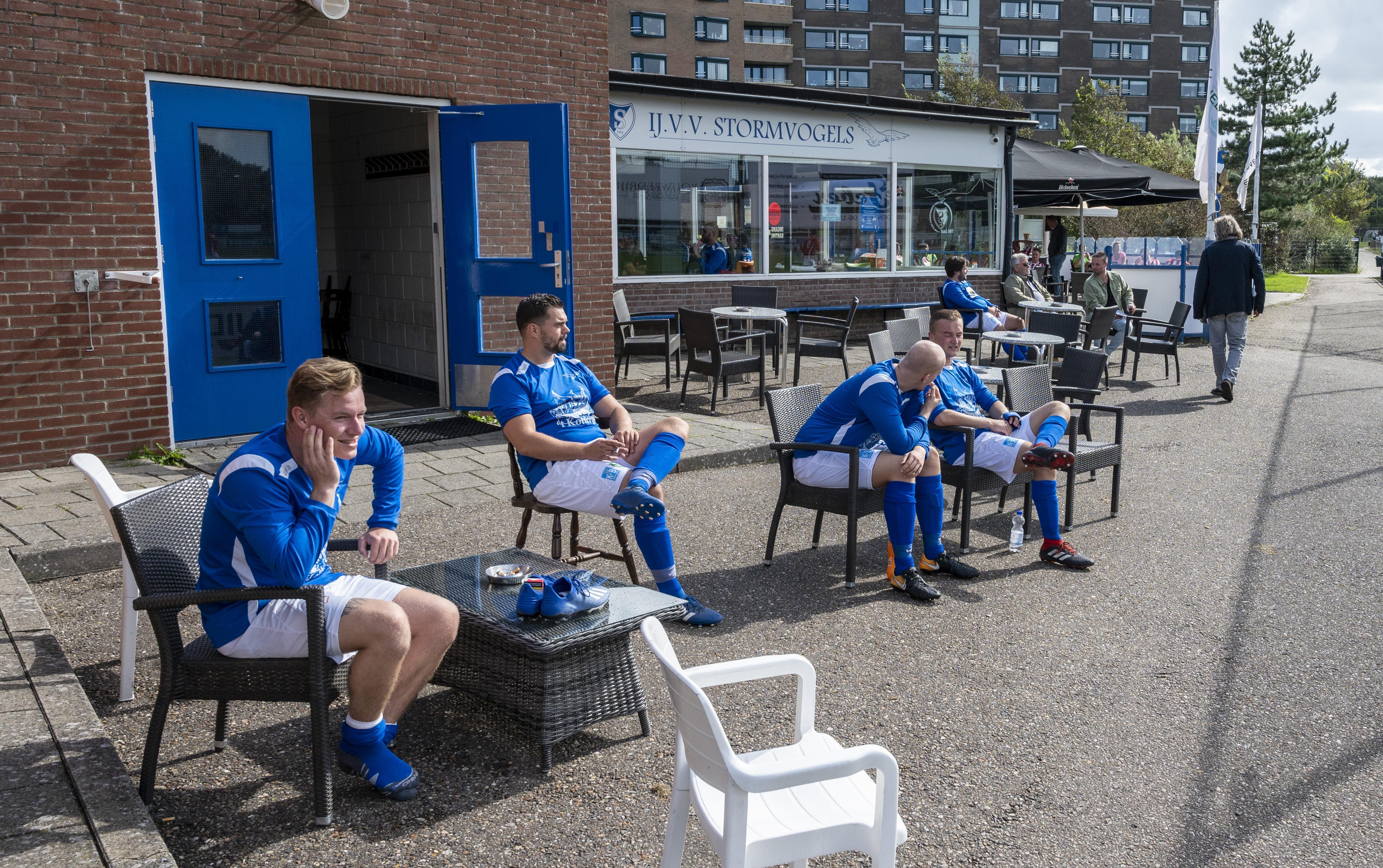 Strijdend om de eerste Willem Haasnoot Cup bij Stormvogels in IJmuiden mixen voetballers als gin en tonic