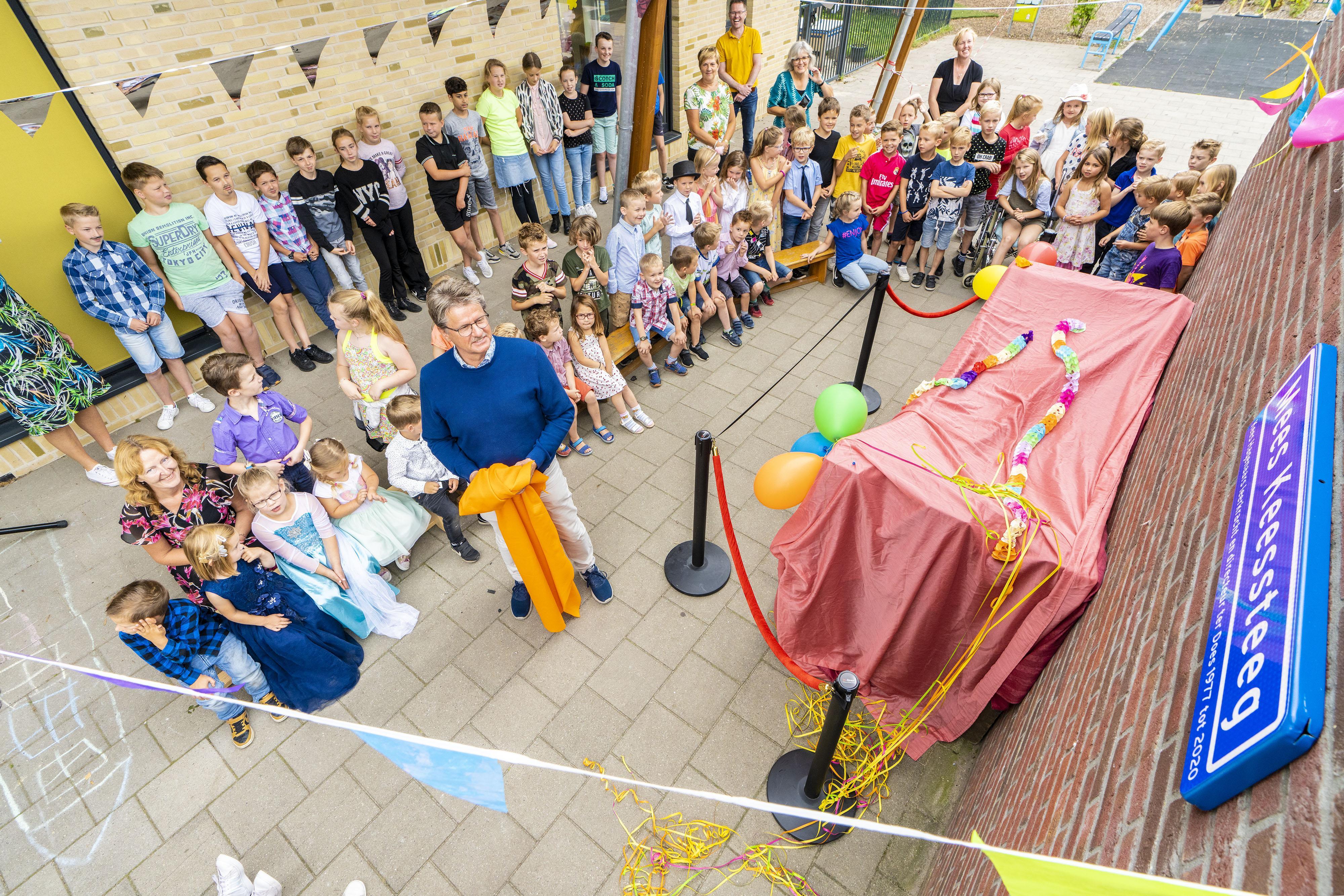 Een heel erg gepland afscheid na 43 jaar van directeur Kees Hagenaars van basisschool Ter Does in Hoogmade