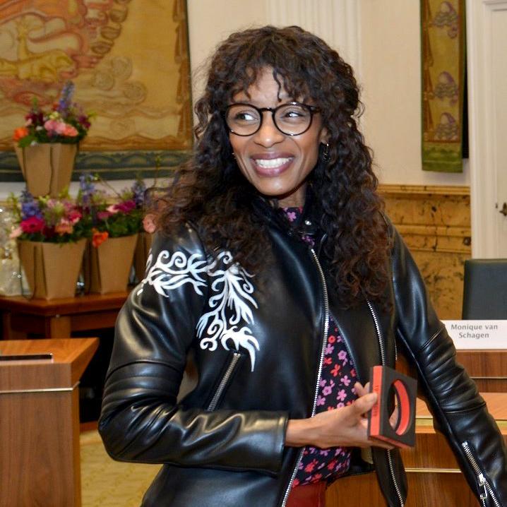 VVD-Statenlid noemt Sylvana Simons 'vrouwelijke Wilders' en distantieert zich van toekennen Ribbius Peletierpenning