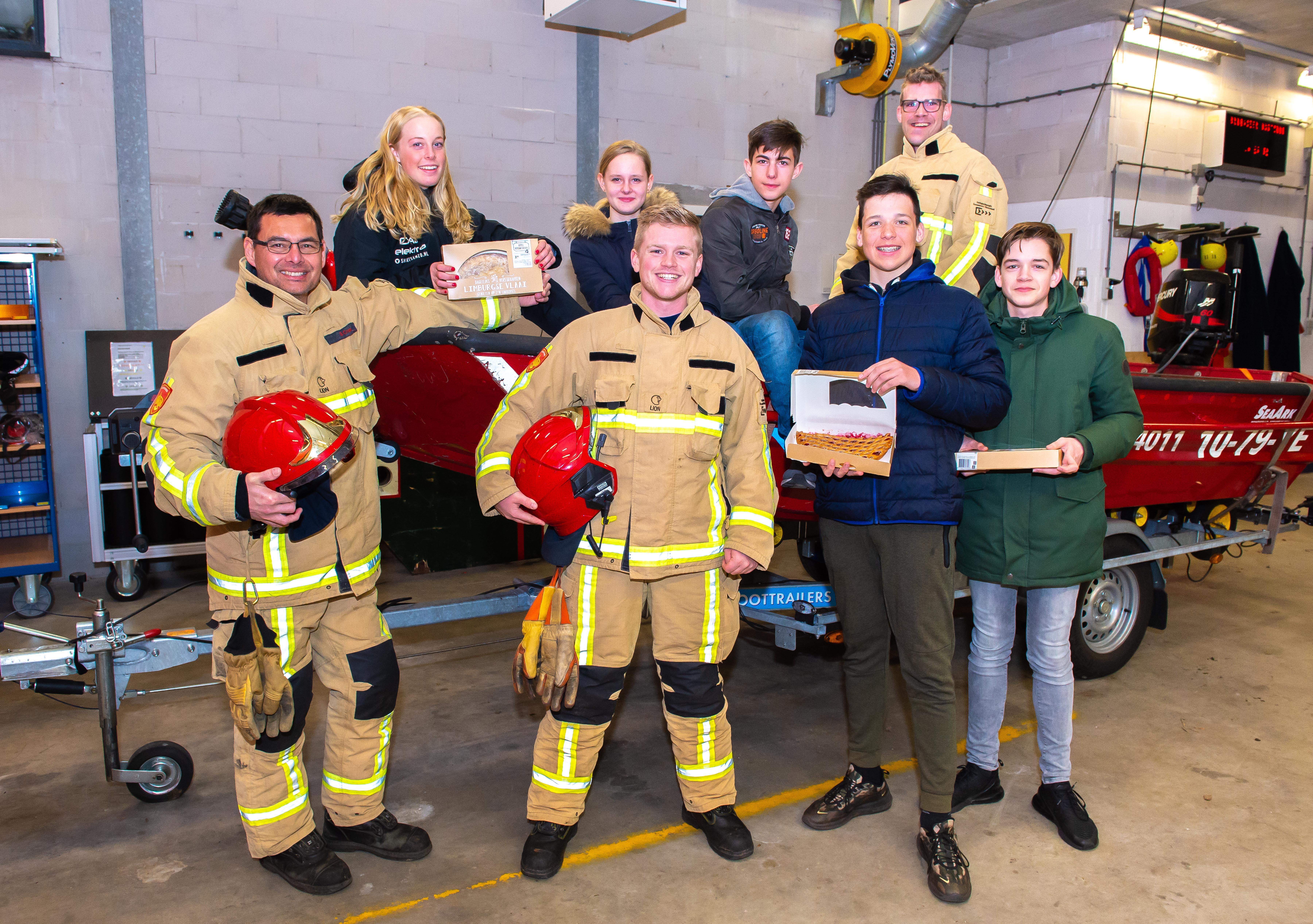'Stuurloze' tieners brengen taart bij redders brandweer Oostzaan