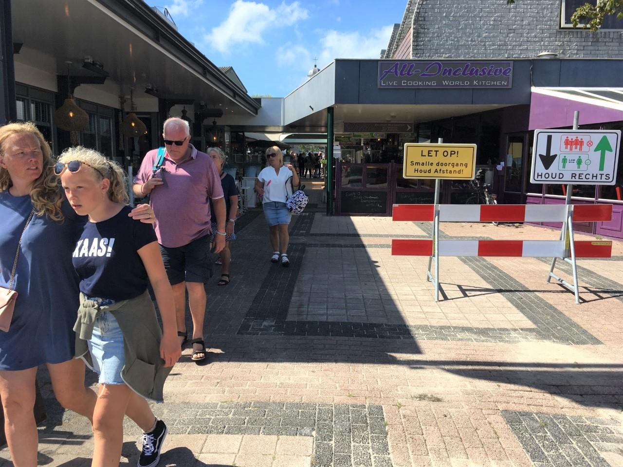 'Let op! Smalle doorgang'; Voetgangers worden nu gewaarschuwd voor ze de passage in De Koog in lopen