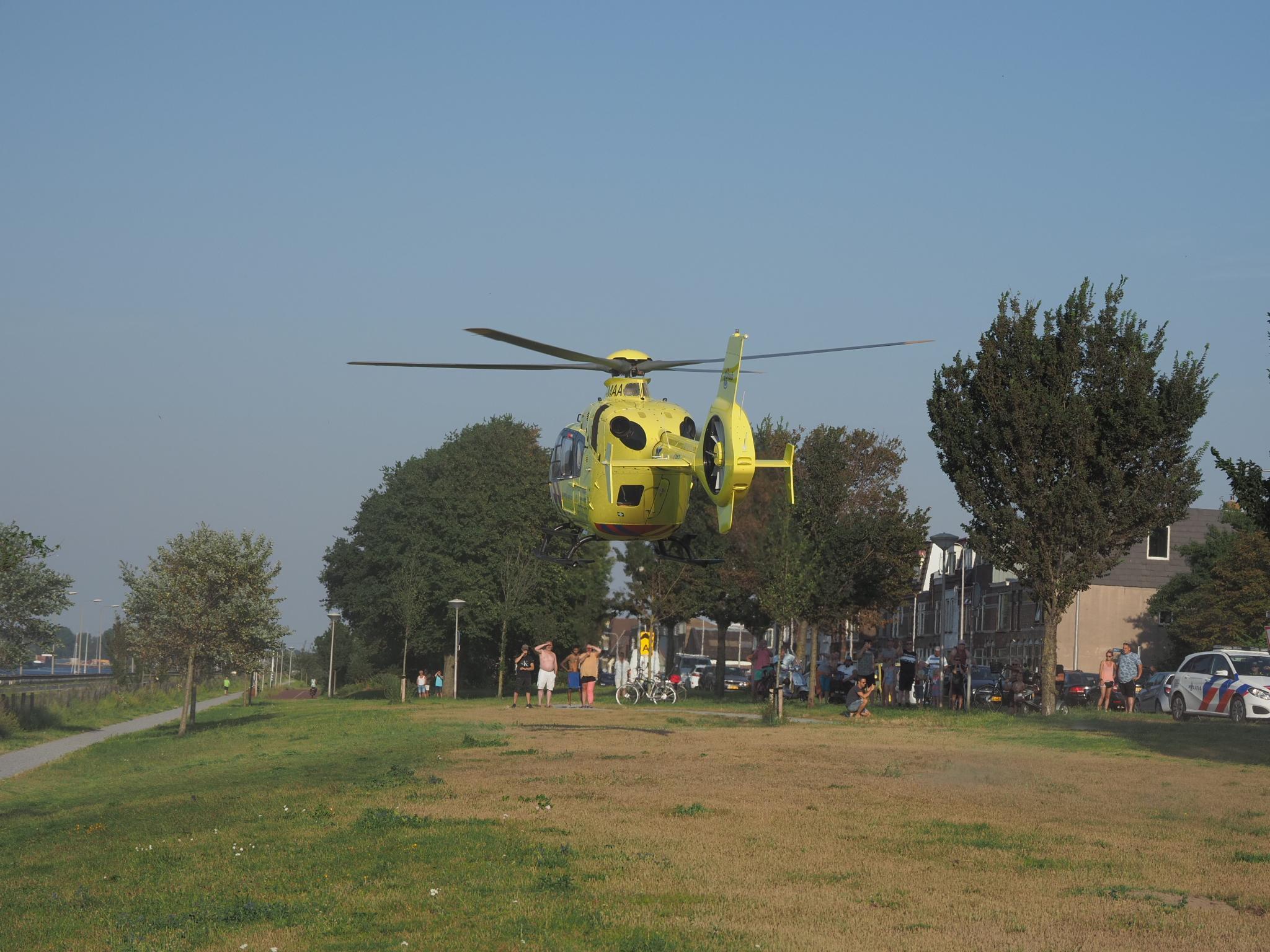 Fietsster zwaargewond bij eenzijdig ongeval in IJmuiden, traumahelikopter ter plaatse