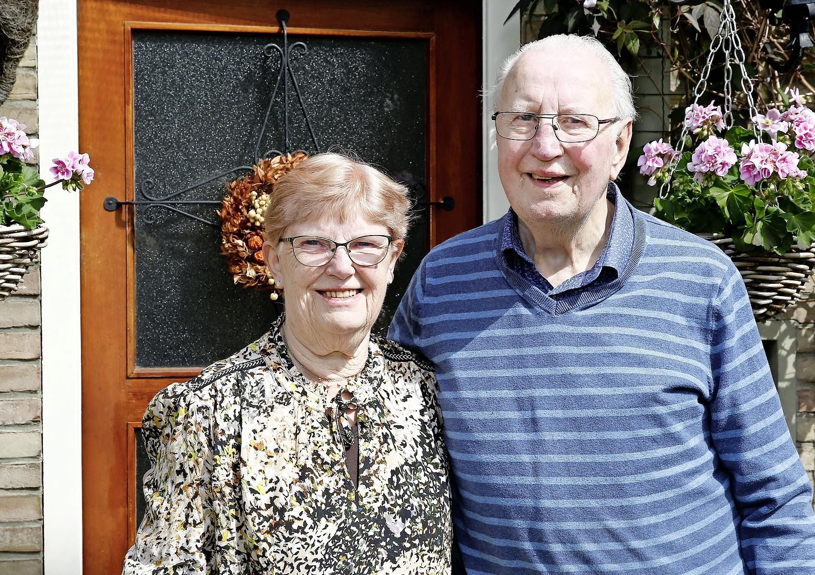 Bruidegom overleefde operatie ternauwernood, bruiloft van diamanten paar Diel (85) en Wim (86) Bulters uit Laren hing aan zijden draadje.'De afgelopen 60 jaar zijn omgevlogen'