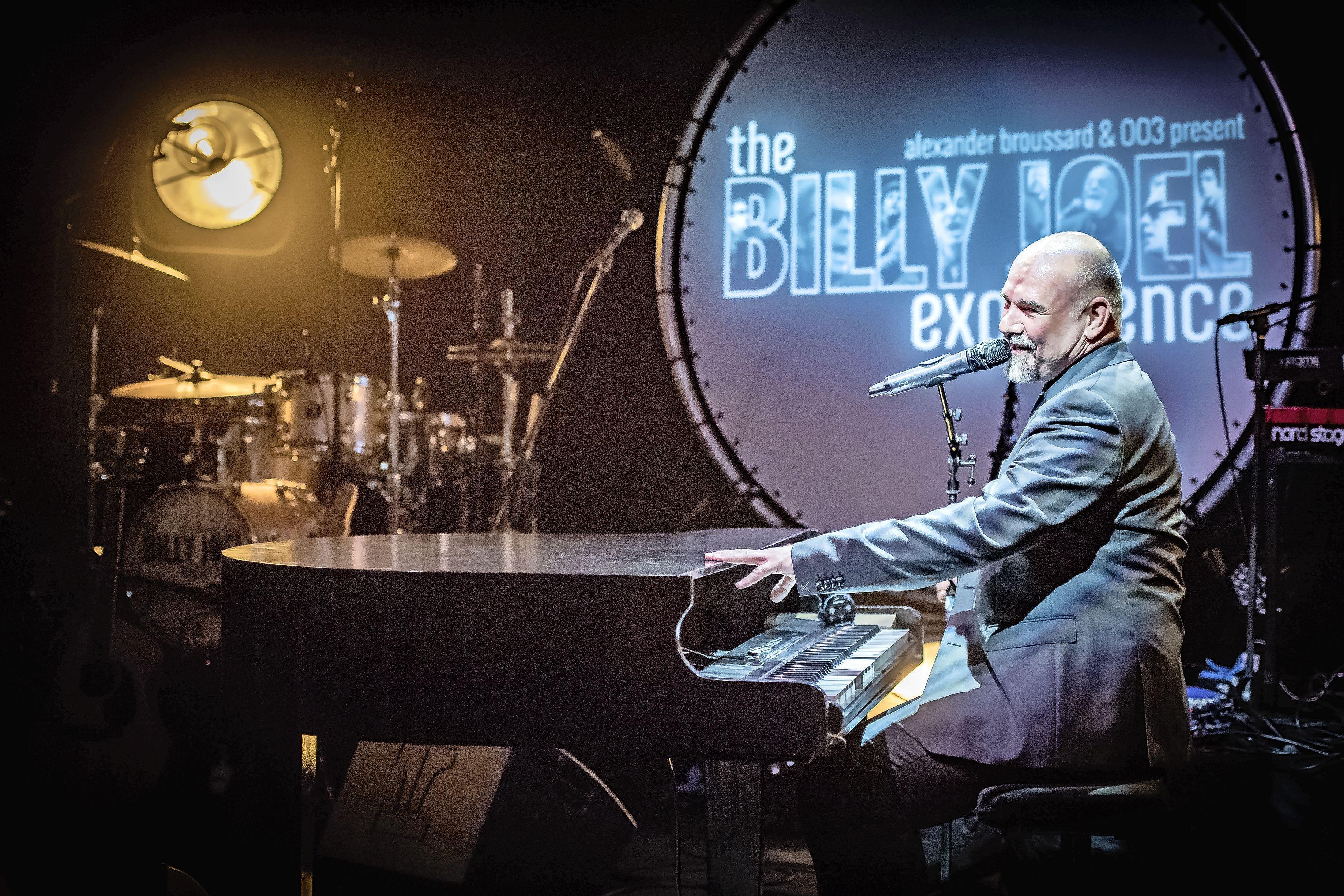 Koogse pianist Alexander Broussard toert het land door met 'warme Elvis', 'chilling Bowie' en 'rauwe Janis': hij maakte in coronatijd tien verschillende shows