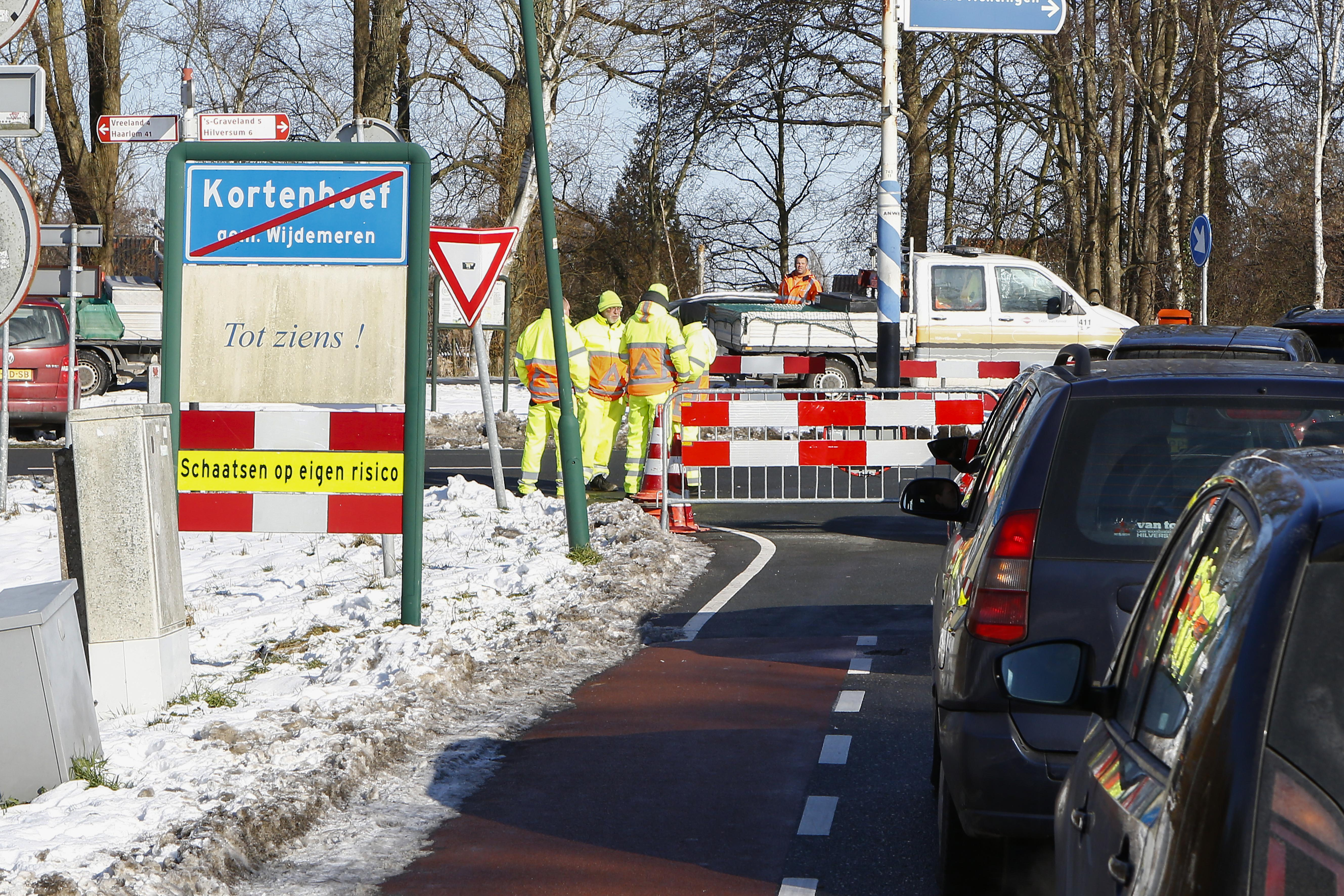 'Het is te druk op de wegen van en naar de Plassen.' Wegen in Kortenhoef, Ankeveen en Loosdrecht door gemeente afgesloten