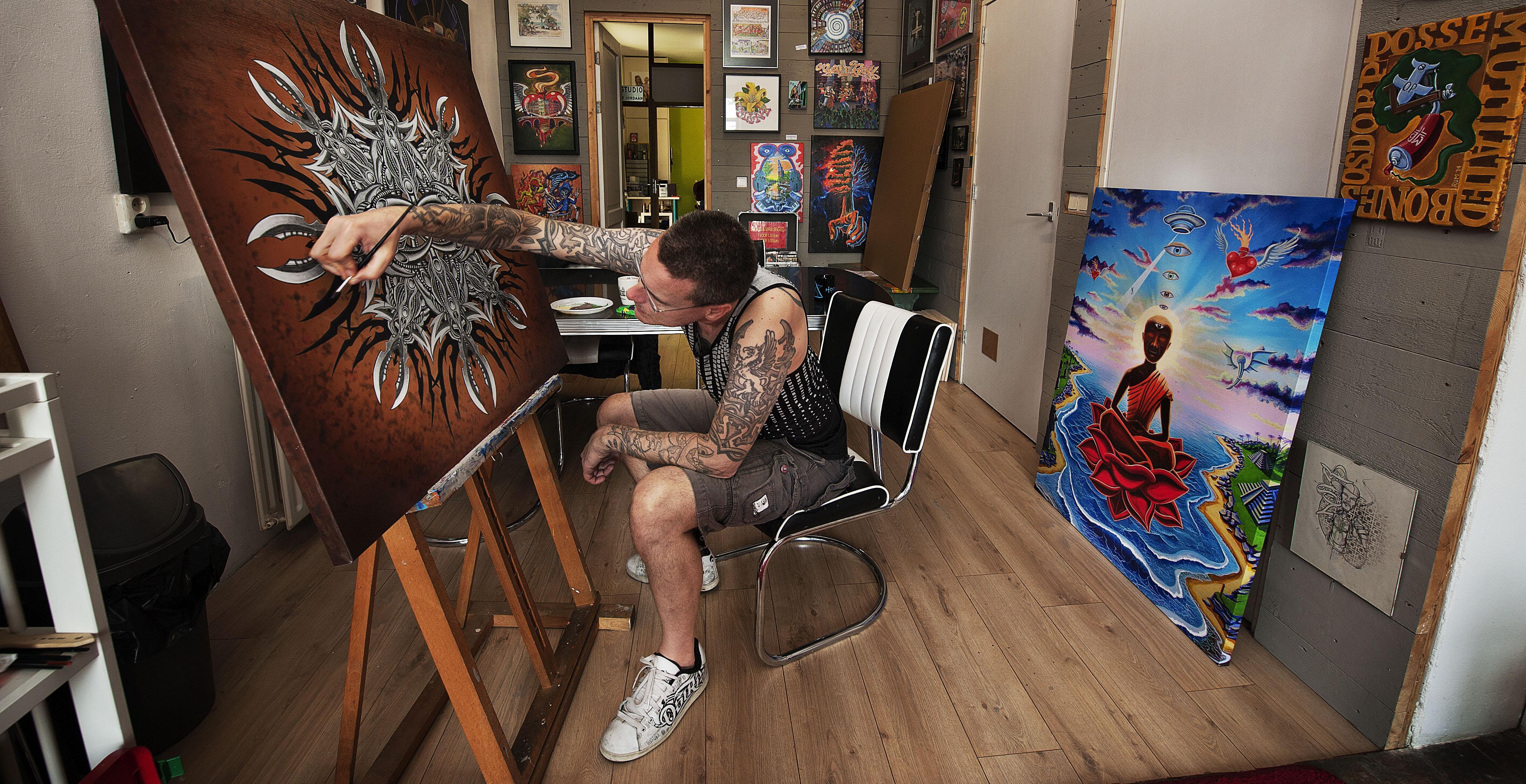 De peetvader van de Nederhop Def P, heeft zijn schilderijen op muziek gezet