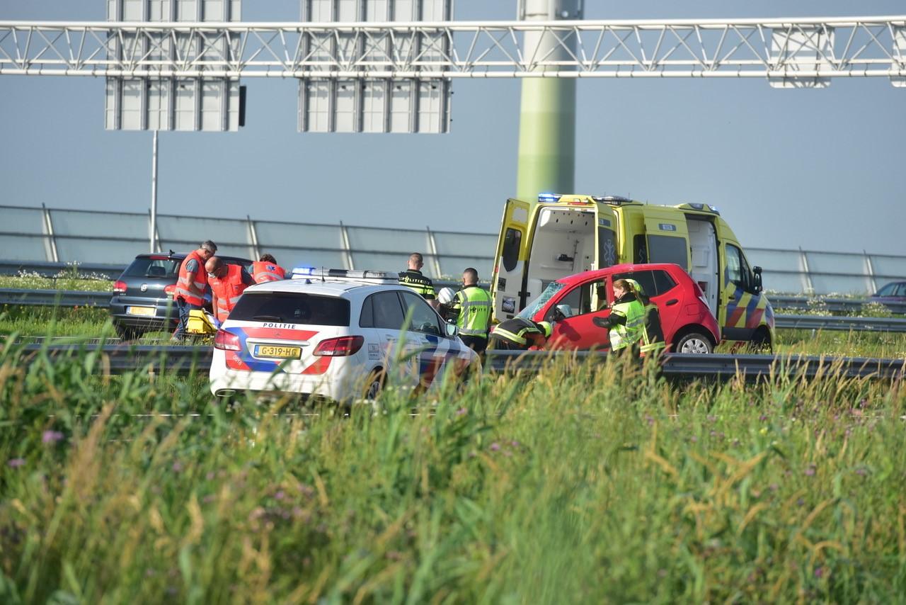 Auto over de kop op A4 in Leiden, komt tot stilstand op vangrail