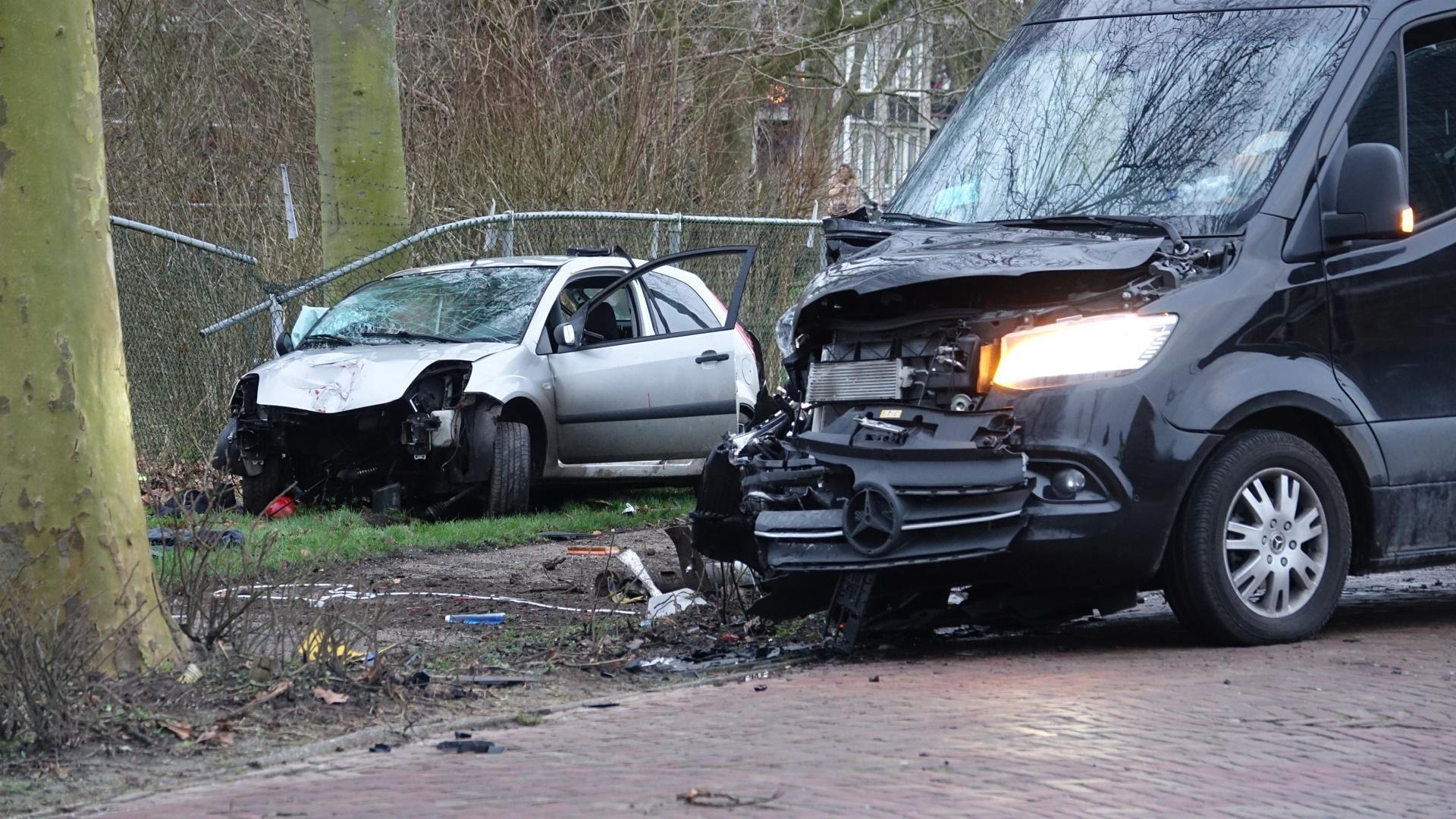 Zwaargewonde bij botsing tussen auto en bestelbus in Midwoud, bestuurder vlucht [update & video]