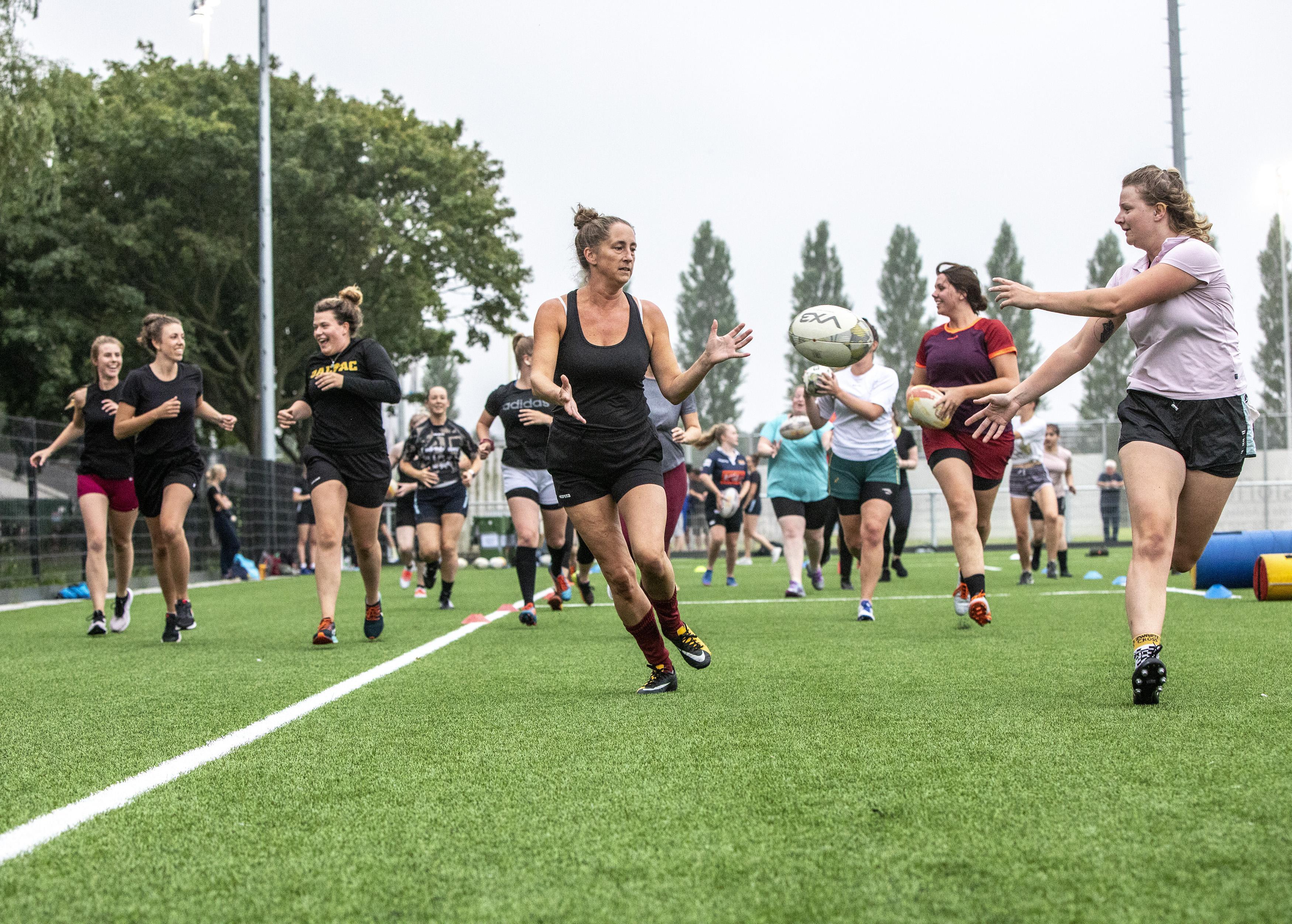 'Die ovale bal stuitert echt alle kanten op', is de conclusie op de 'vriendinnendag' van Rugby Haarlem