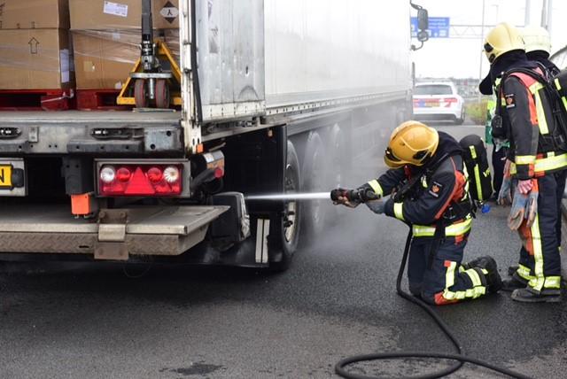 Bestuurders van vier voertuigen negeren rood kruis op snelweg tijdens bluswerkzaamheden bij afrit Leiderdorp en Hoogmade