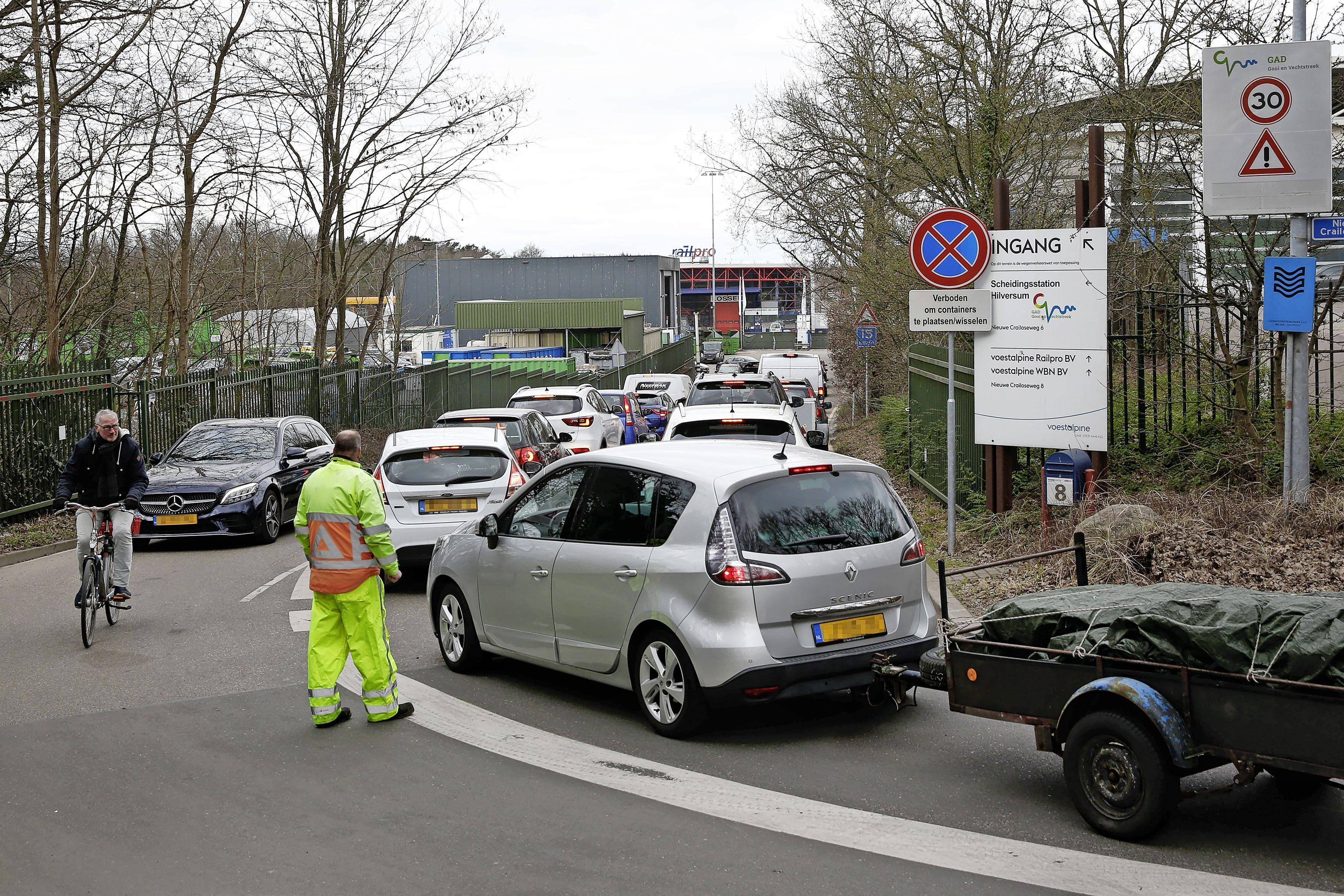 Verkeersopstoppingen bij Hilversumse GAD zorgt voor frustratie en zelfs gevaarlijke situaties. 'Hoe breder de auto, hoe minder het geduld. Het gaat vaak maar net goed'