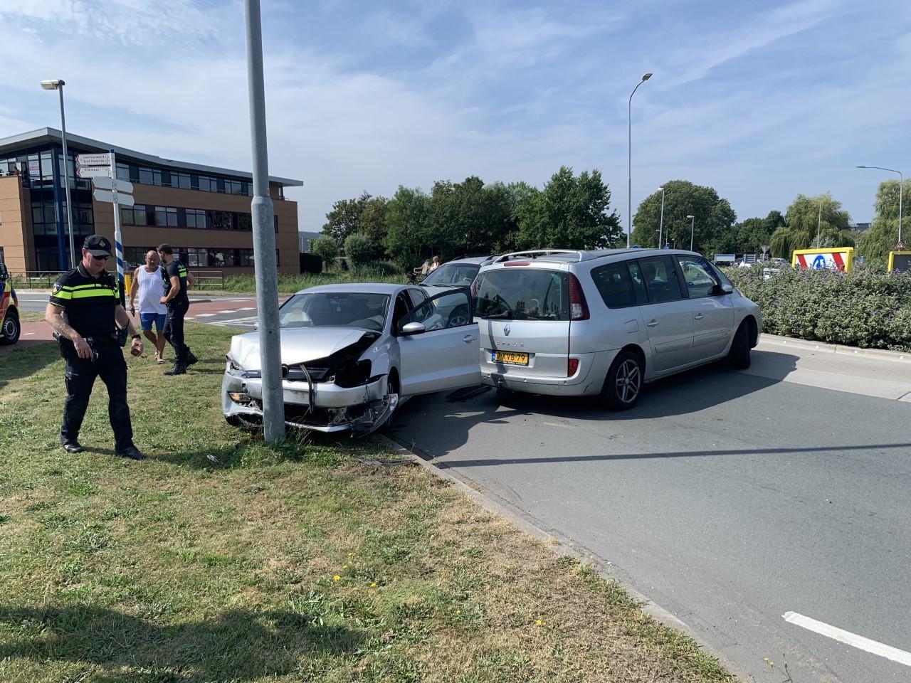 Ongeluk op rotonde in Broek op Langedijk; één bestuurder naar ziekenhuis