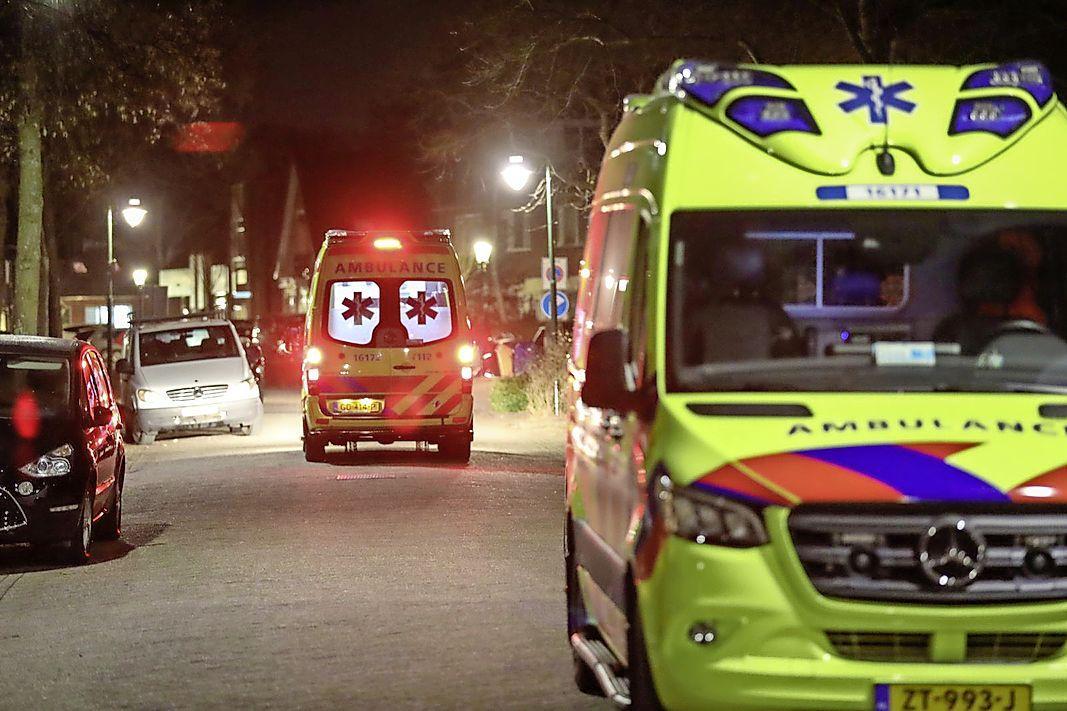 Man in zorgelijke toestand aangetroffen in sloot in Zoeterwoude. Traumaheli en twee ambulances opgeroepen