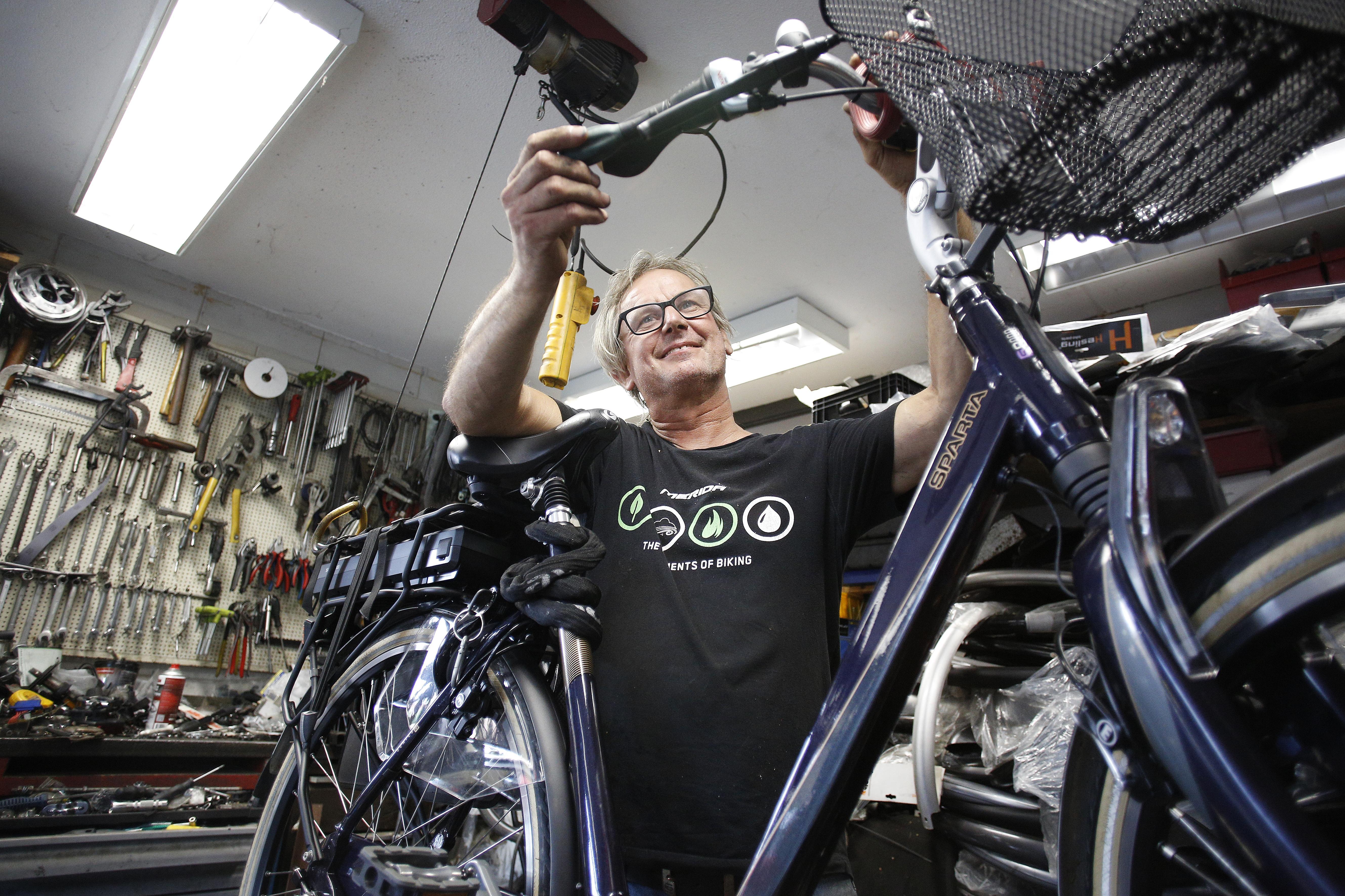 De e-bike is inmiddels mateloos populair, maar nauwelijks meer te krijgen. 'Ze grissen de fietsen bijna uit elkaars handen', zegt Hilversumse fietsenspecialist