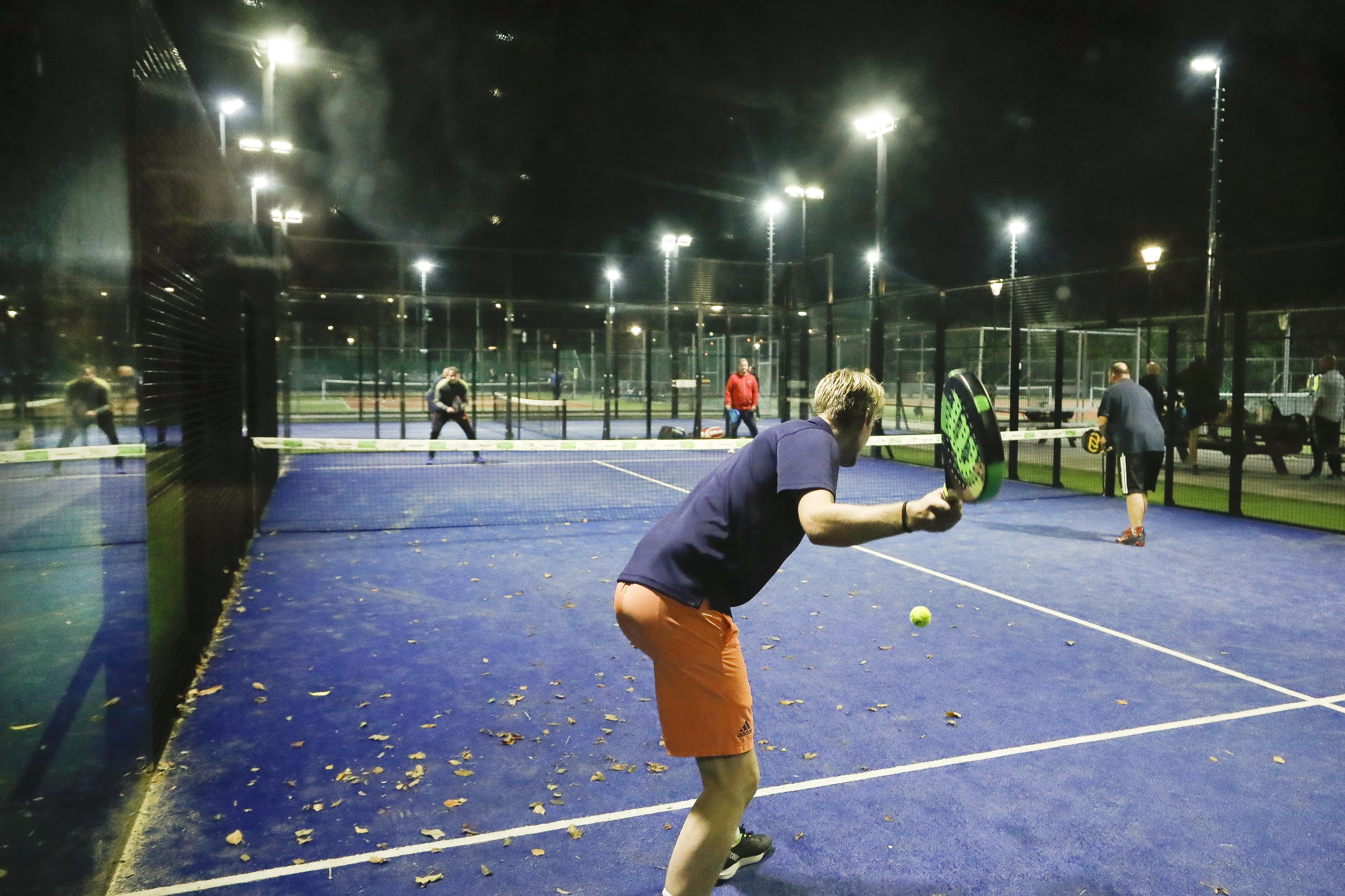 Tennis tijdens coronacrisis weer in de lift in de regio: TC Uitgeest profiteert van populariteit padel