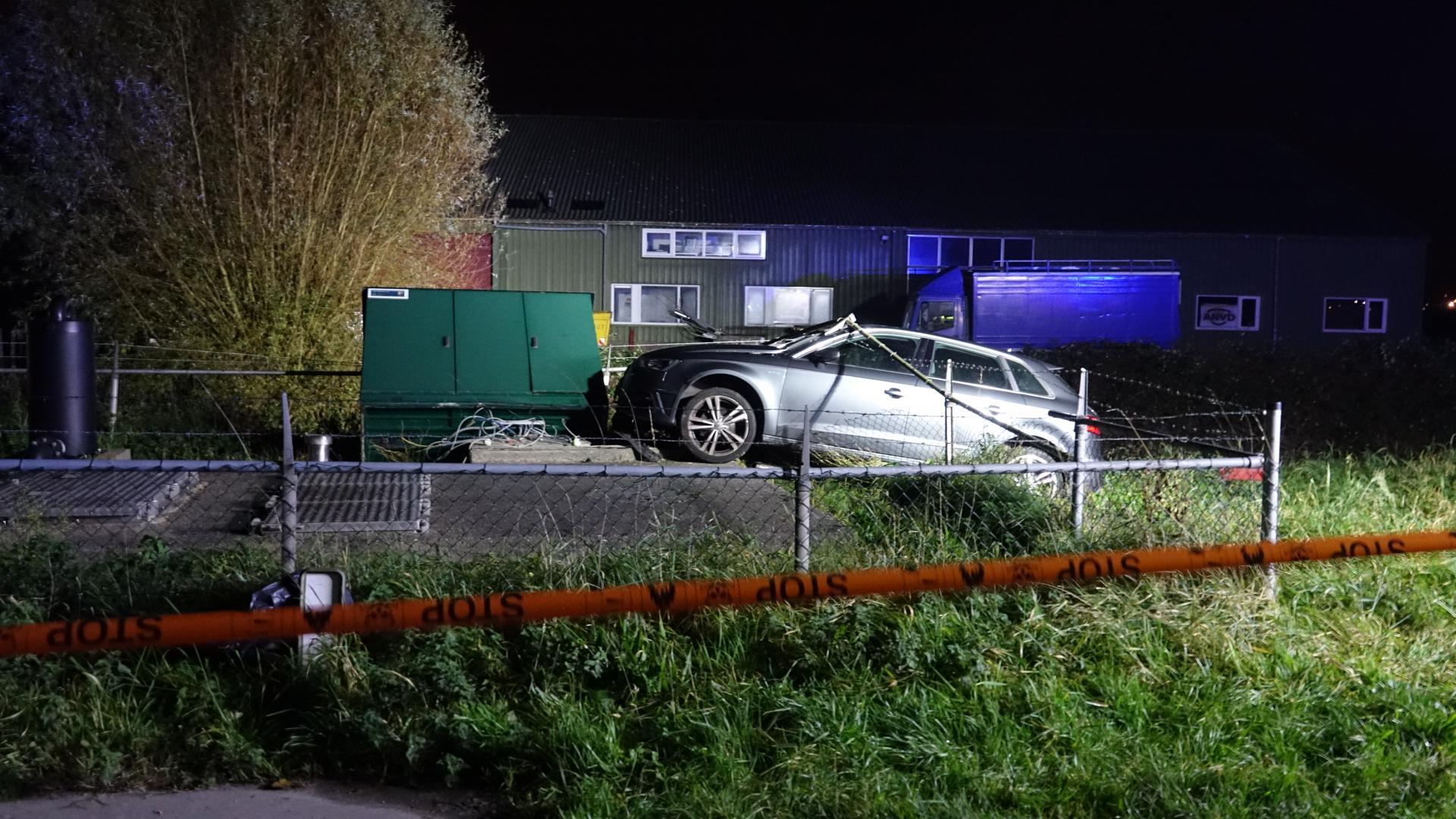 Vonken vliegen er letterlijk vanaf bij ongeluk in Berkhout. Wagen onder stroom na botsing met elektriciteitskast, bestuurder mankeert niets