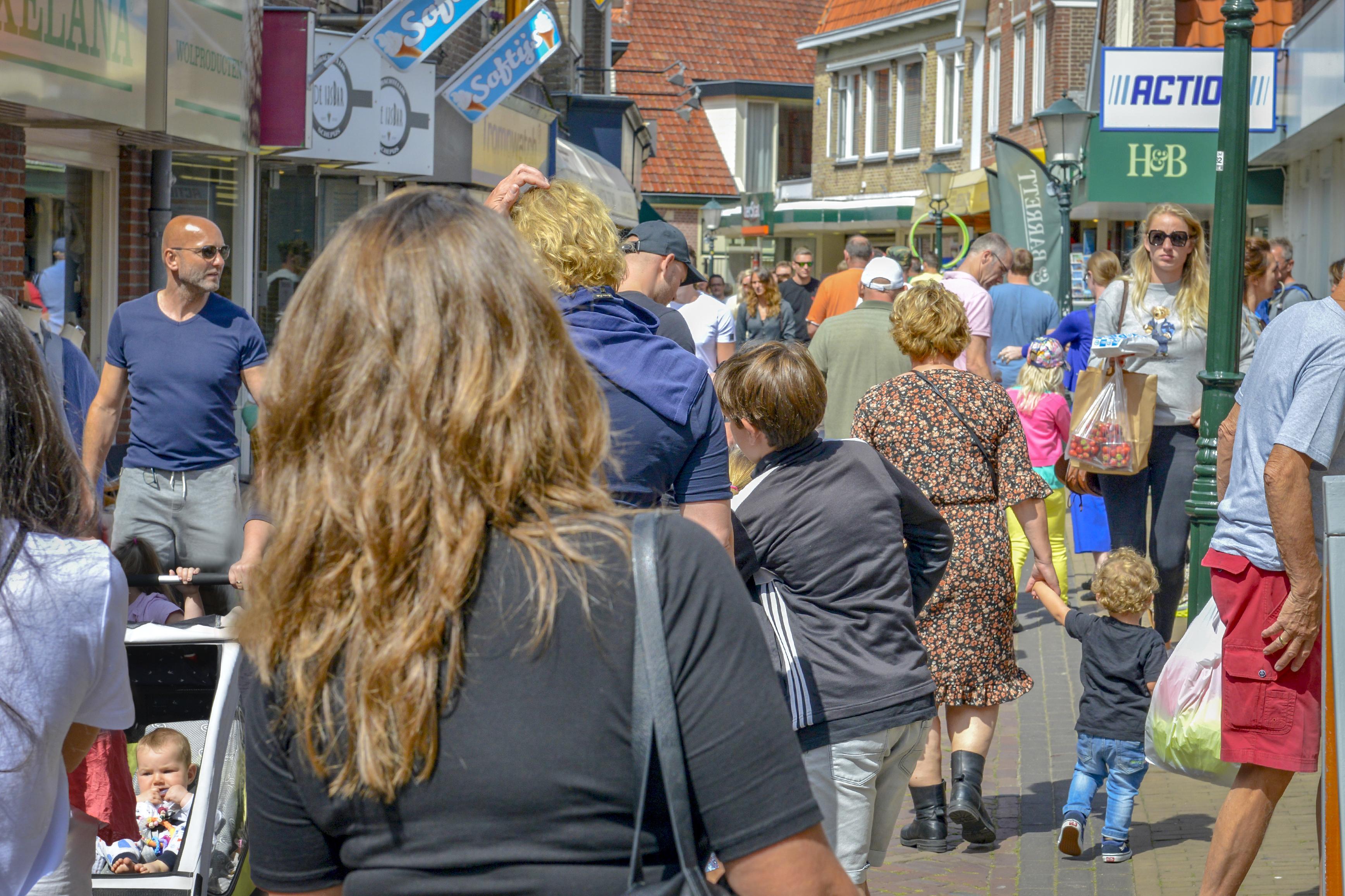 Anderhalve meter afstand is lastig door drukte tijdens markt in Den Burg