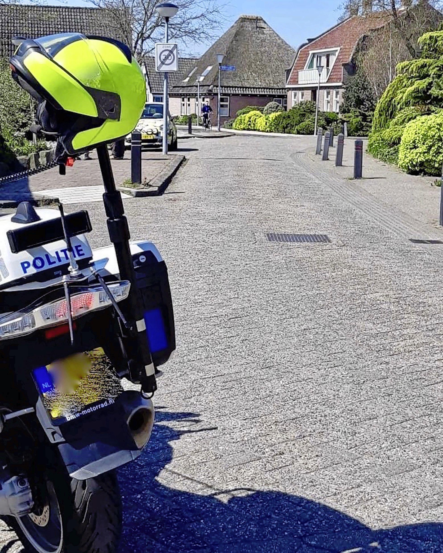 Automobiliste rijdt fietser aan in Warmenhuizen, stapt uit om 'sorry' te zeggen en rijdt gewoon weg. Politie zoekt getuigen