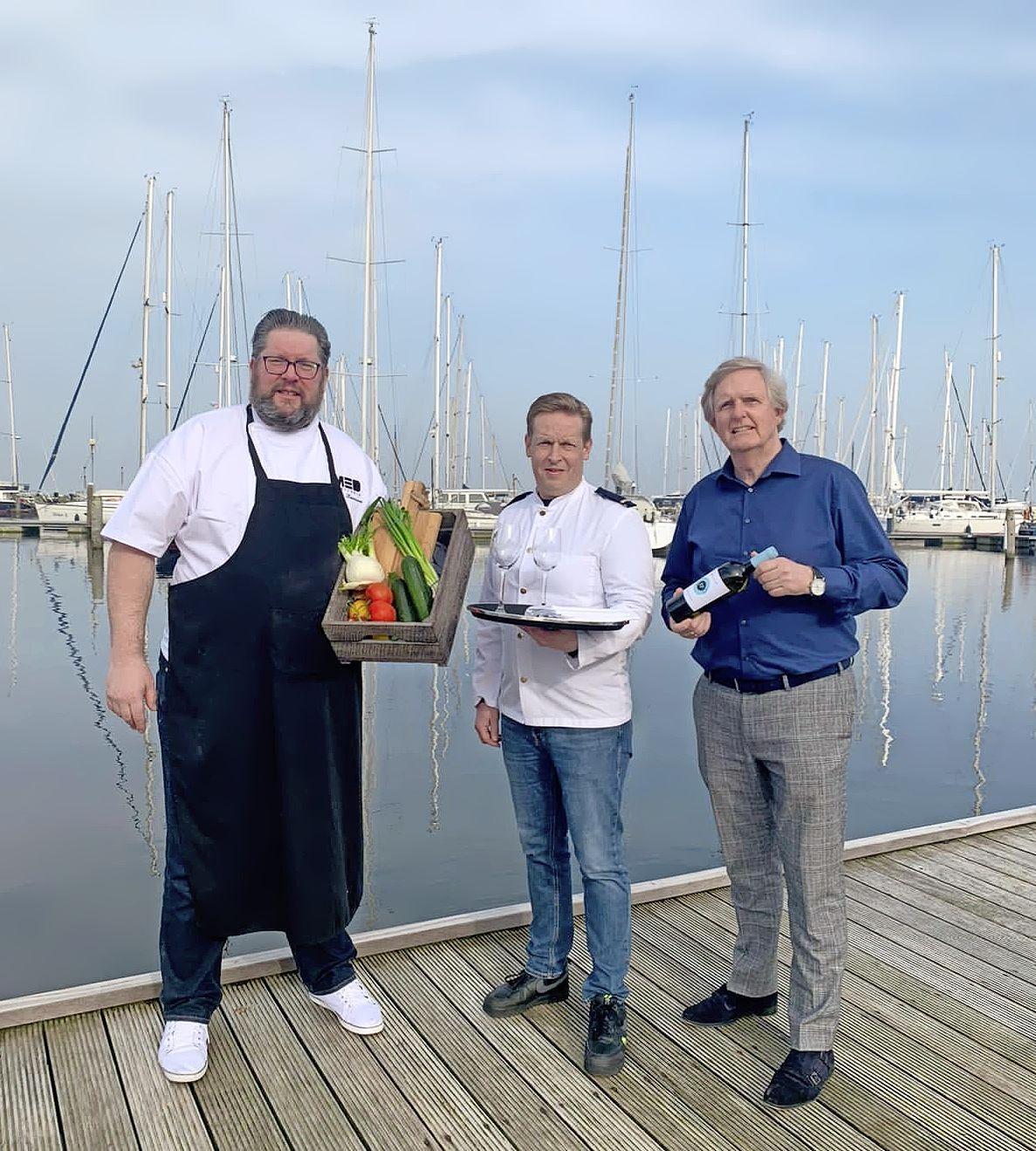 Het servies op tafel, kaarsjes aan en smullen maar. In de jachthaven van Medemblik kan vanaf vrijdag aan boord gegeten worden. MED Trattoria biedt met havenrestaurant service tot aan de steiger