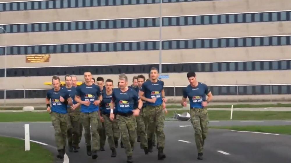 Mariniers verpletteren in Den Helder record op de marathon door te lopen op gevechtslaarzen en met zware rugzak [video]