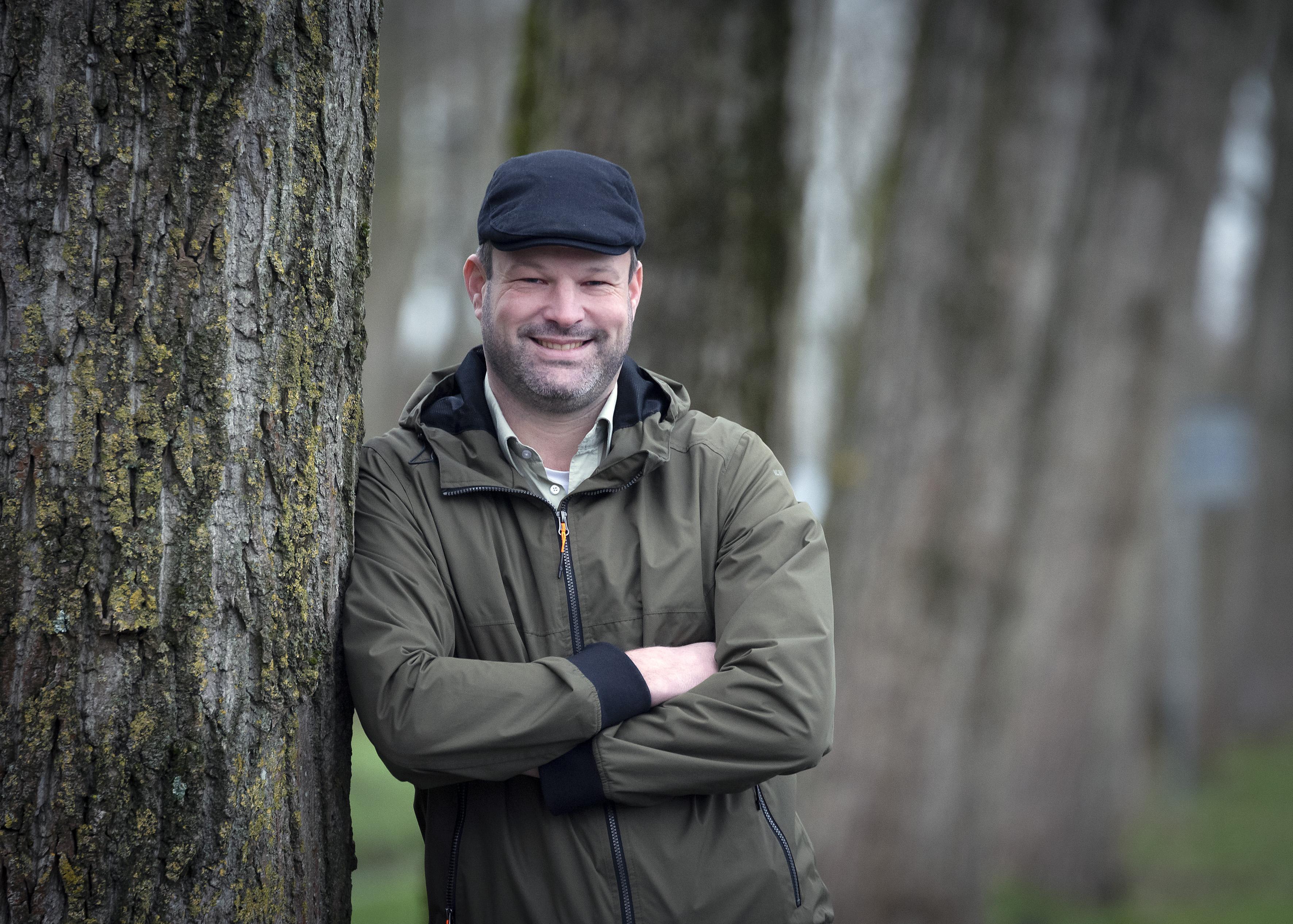 Op Tiktok en Insta heet hij 'boswachter Theo'. Maar het allerliefst haalt Theo Brouwer uit IJmuiden kinderen de echte natuur in. 'Die verwondering op hun gezicht - fantastisch'
