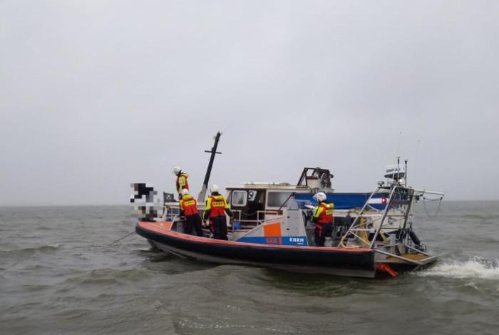 Reddingsboot Andijk sleept motorjacht in nood naar haven