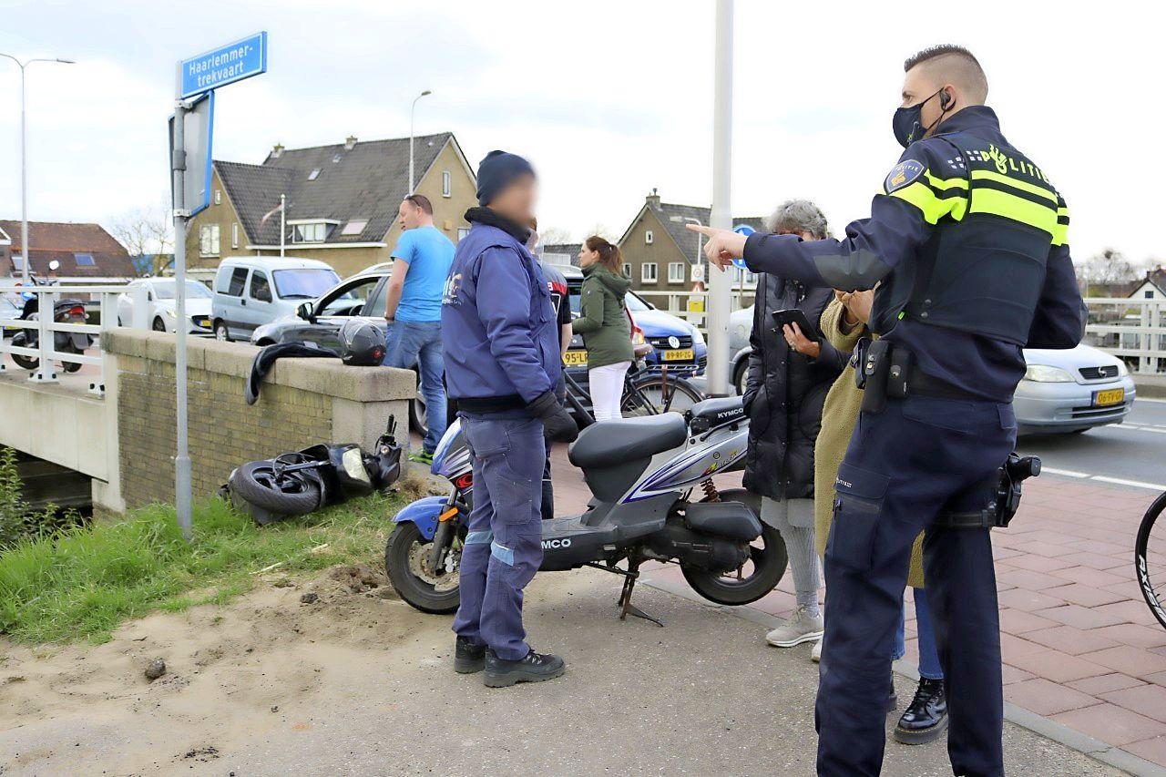Scooterrijder raakt gewond bij ongeluk in Voorhout; scooter hangt aan brugleuning