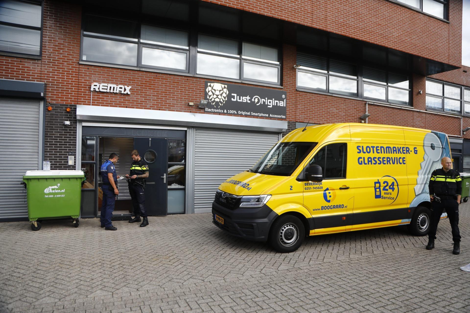 Opnieuw politie-inval 'belwinkelwalhalla' Midi Center in Beverwijk: op zoek naar witwaspraktijken en nepartikelen