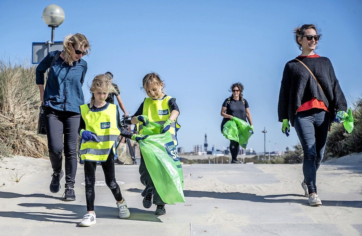 Met grijpers het afval te lijf in IJmuiden aan Zee op World Clean Up Day: 'Ik heb vandaag de natuur een beetje gered'