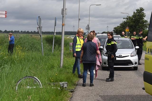 Fietser zwaargewond bij aanrijding in Zoeterwoude, traumahelikopter ter plaatse