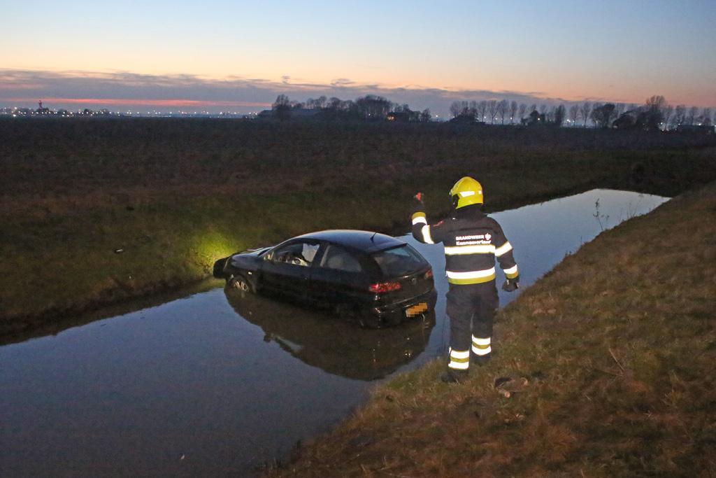 Auto belandt in het water langs de A9 bij Lijnden