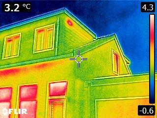 Met infrarood op zoek naar warmtelekken in Zaanse woningen. Stichting ook actief in Wormerland, Oostzaan en Landsmeer
